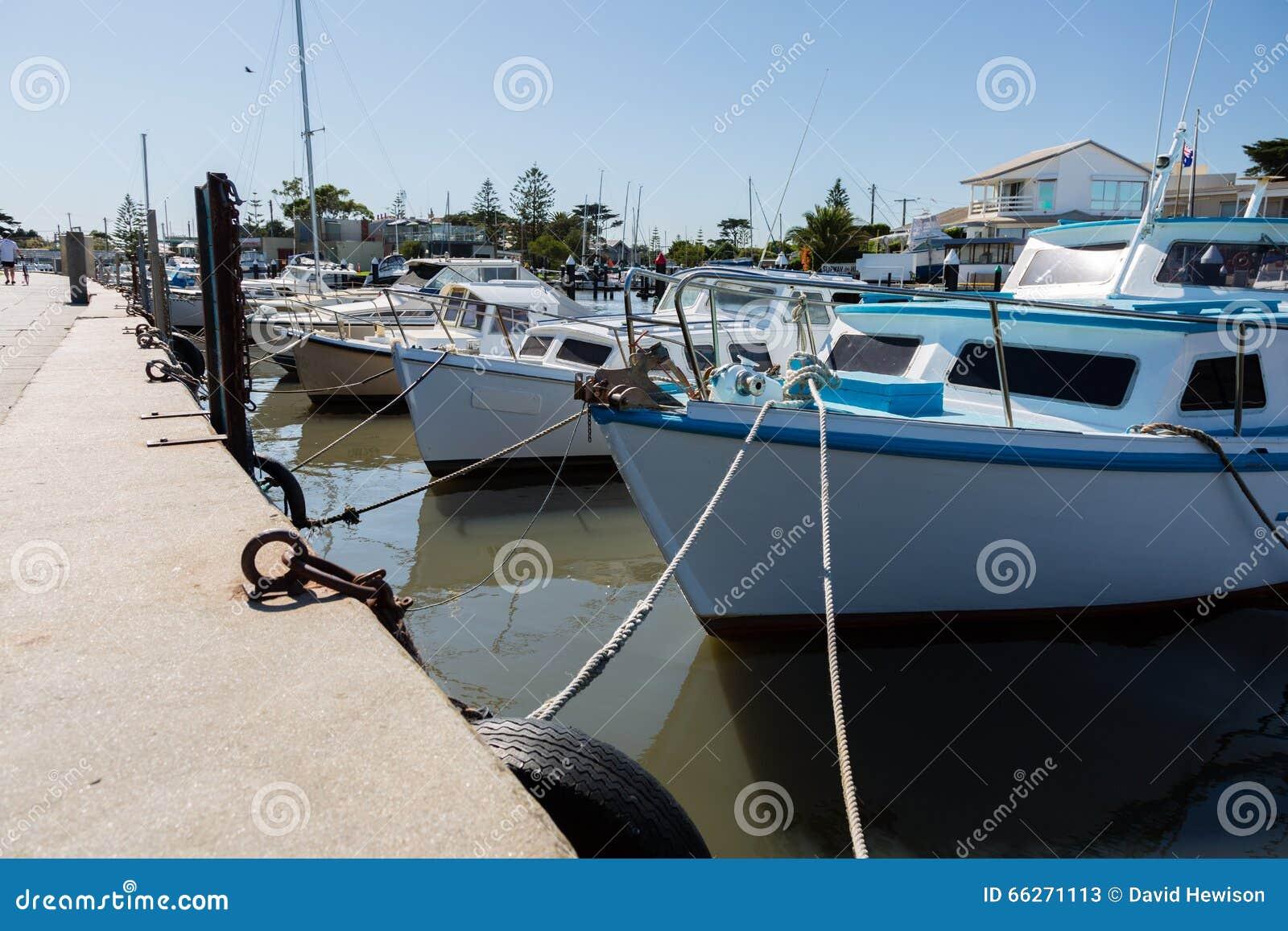 Małe łodzie rybackie wiązać nabrzeże