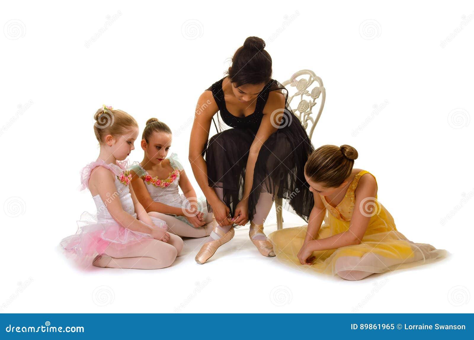 Małe baleriny Uczą się Wiązać Pointe buty