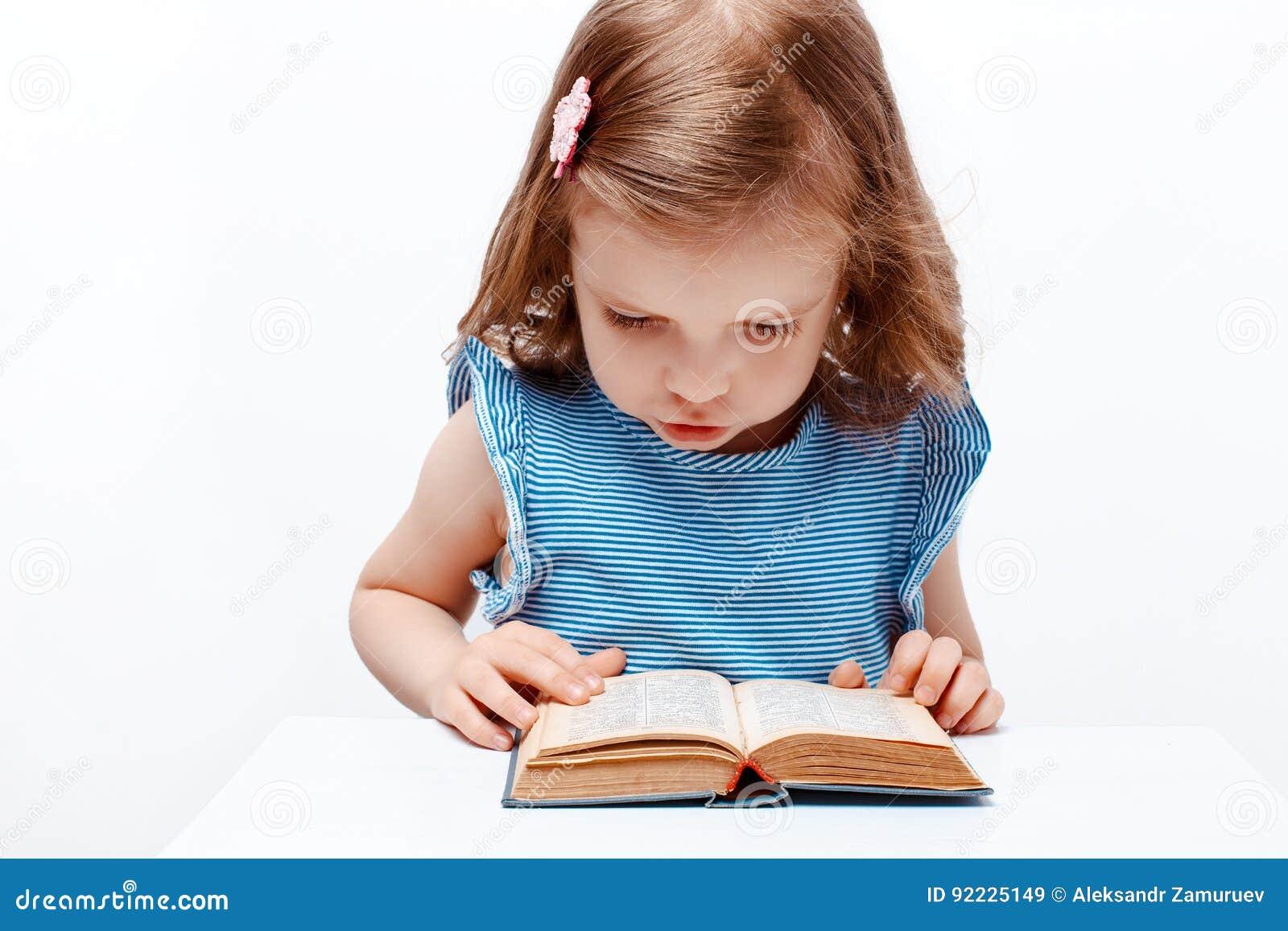 Małe czytanie książki dziewczyny Na białym tle