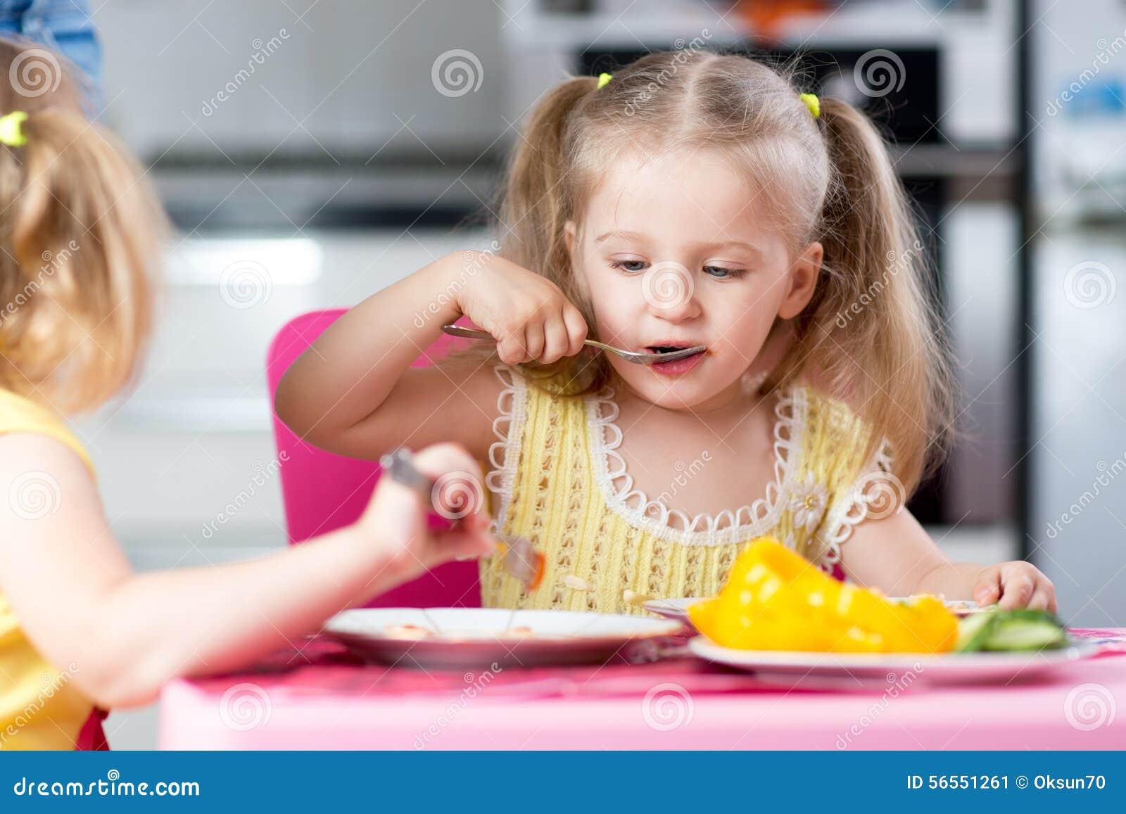 Małe dzieci je jedzenie przy daycare