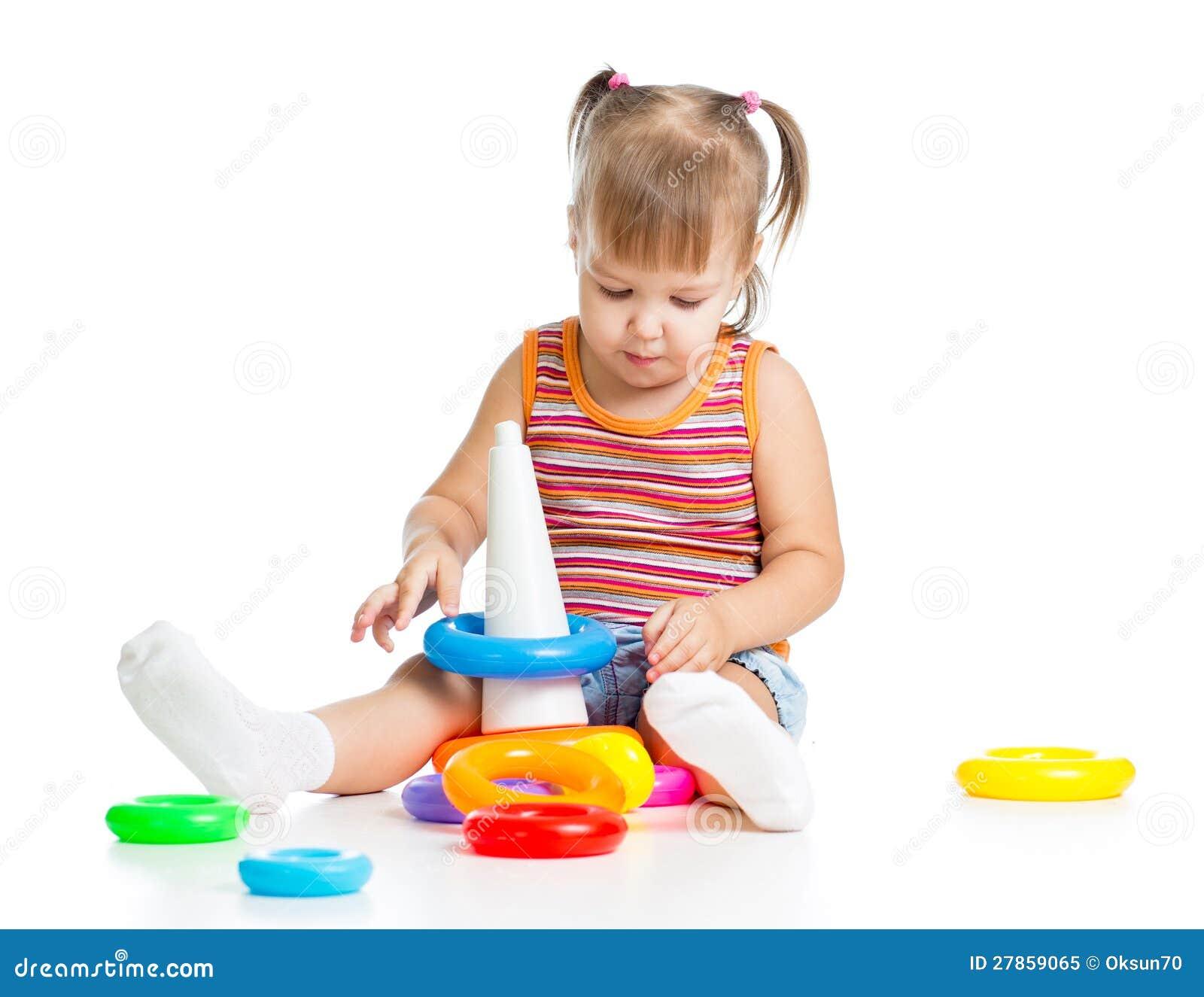 Małe dziecko bawić się z kolorowymi zabawkami