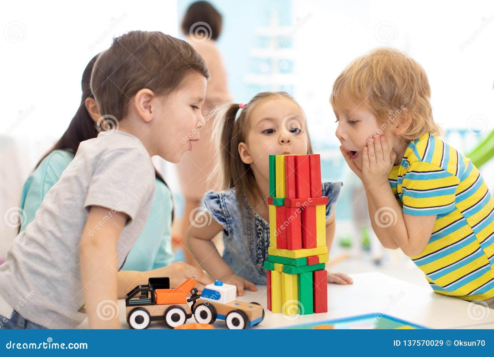 Małe dziecko budowy bloku zabawki lub daycare w domu Emocjonalni dzieciaki bawić się z kolorów blokami Edukacyjne zabawki dla