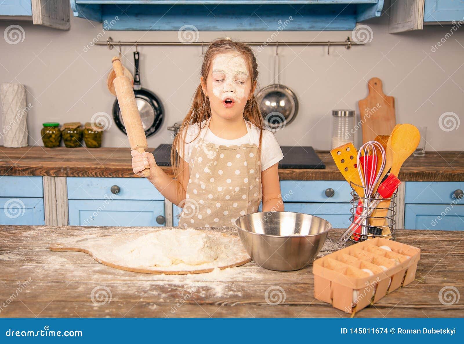 Małe dziecko córki dziewczyna pomaga jej matki w kuchni robić piekarni, ciastka Powódź po całym ona