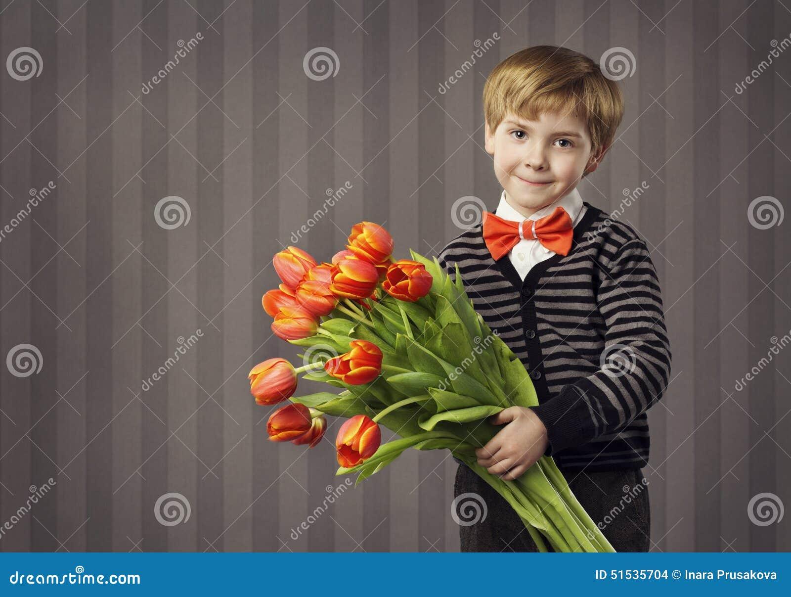 Małe Dziecko chłopiec Daje kwiatu bukietowi, Przystojny dzieciaka powitanie R