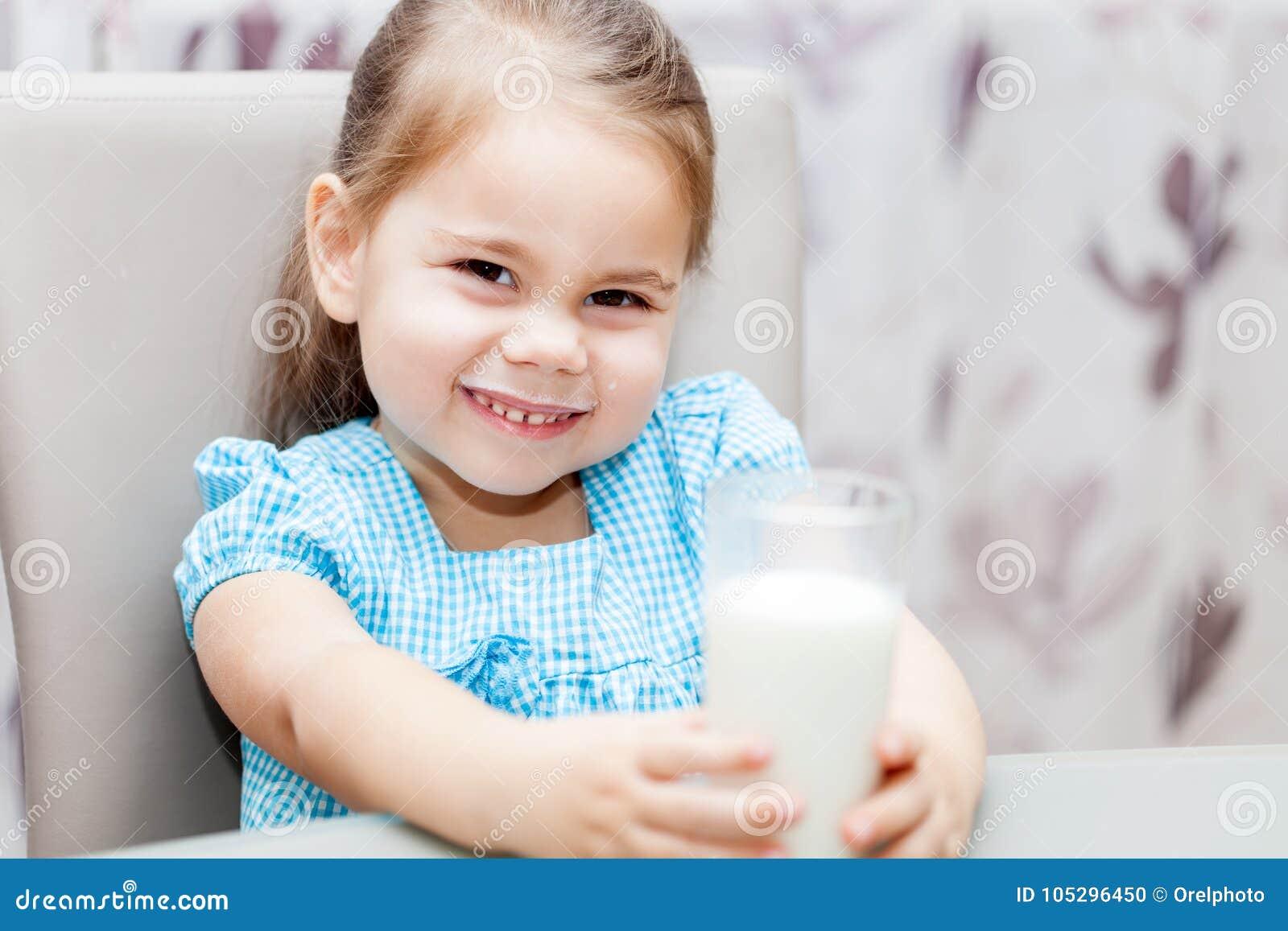 Małe dziecko dziewczyna pije mleko
