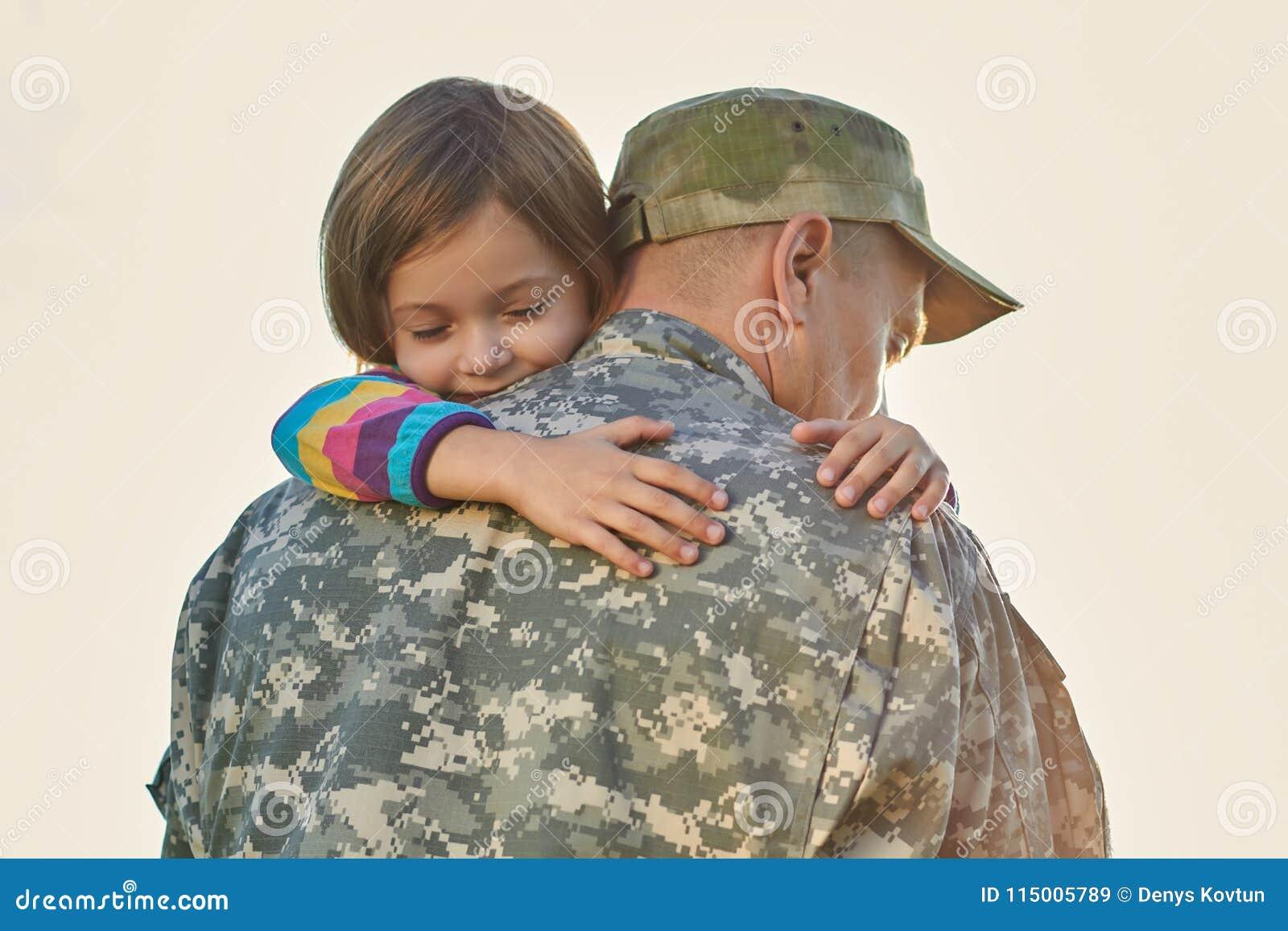 Małe dziecko jest bardzo szczęśliwy jej ojciec przychodził z powrotem od wojska