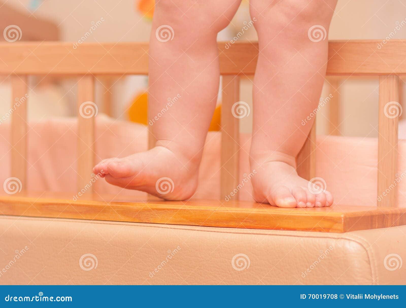 Małe Dziecko Nogi Blisko łóżka Polowego Zdjęcie Stock