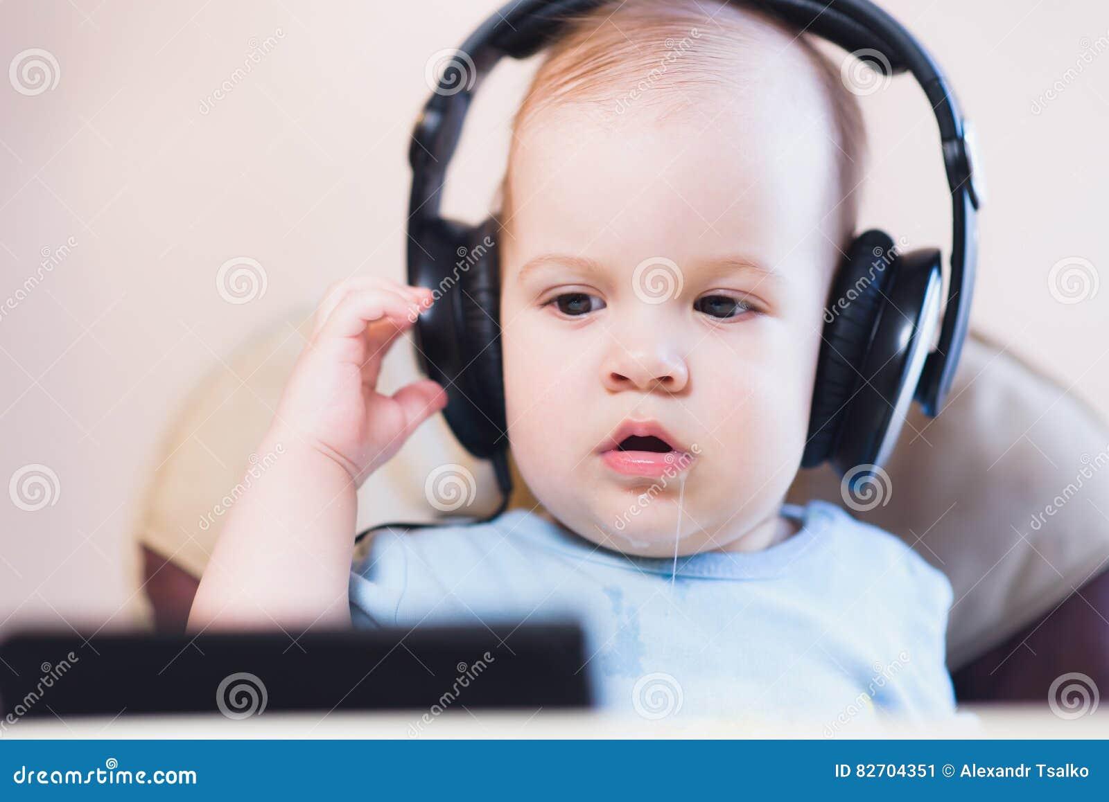 Małe dziecko ogląda kreskówkę na telefonie