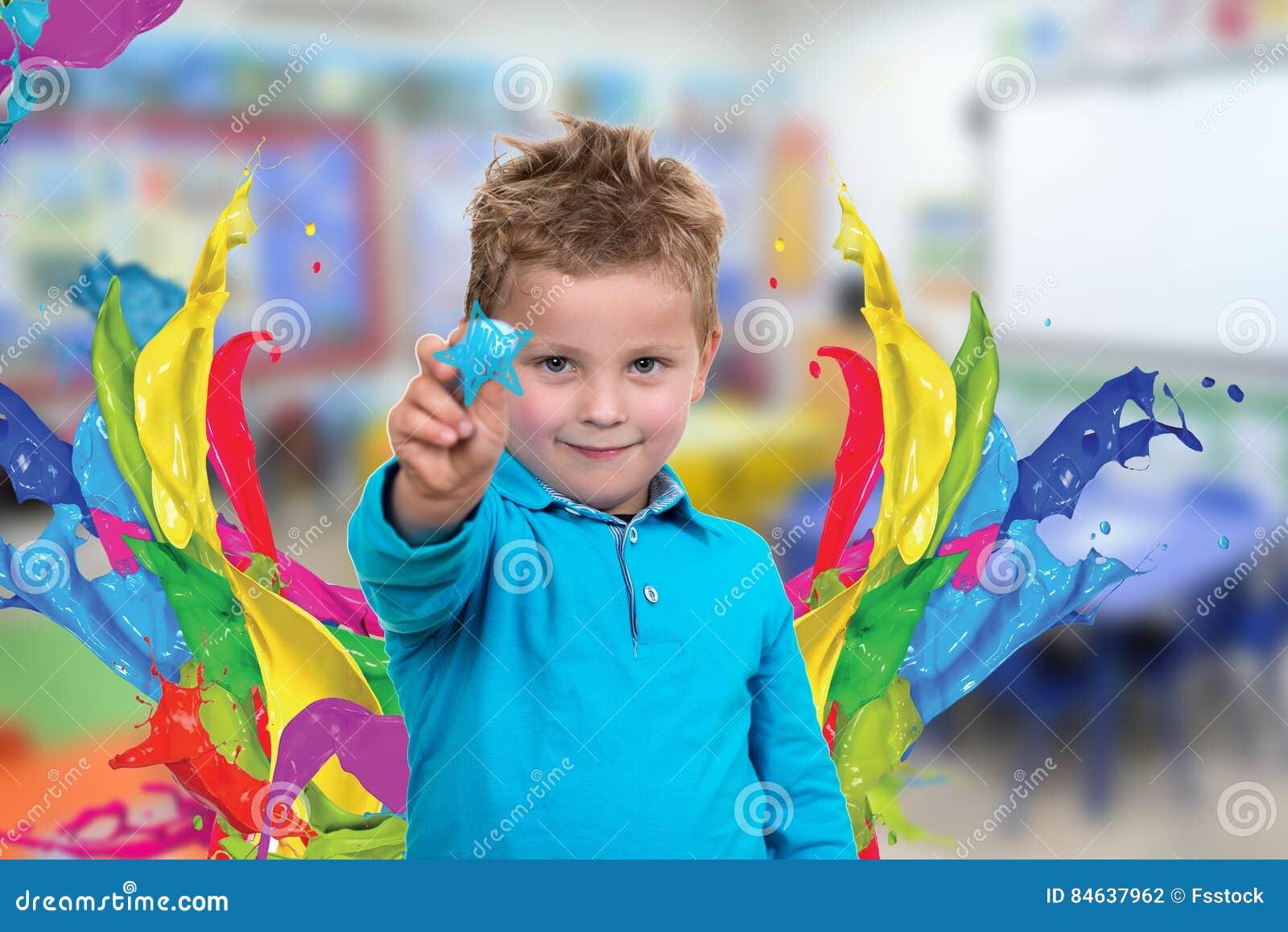 Małe dziecko wokoło rysować coś z kredą