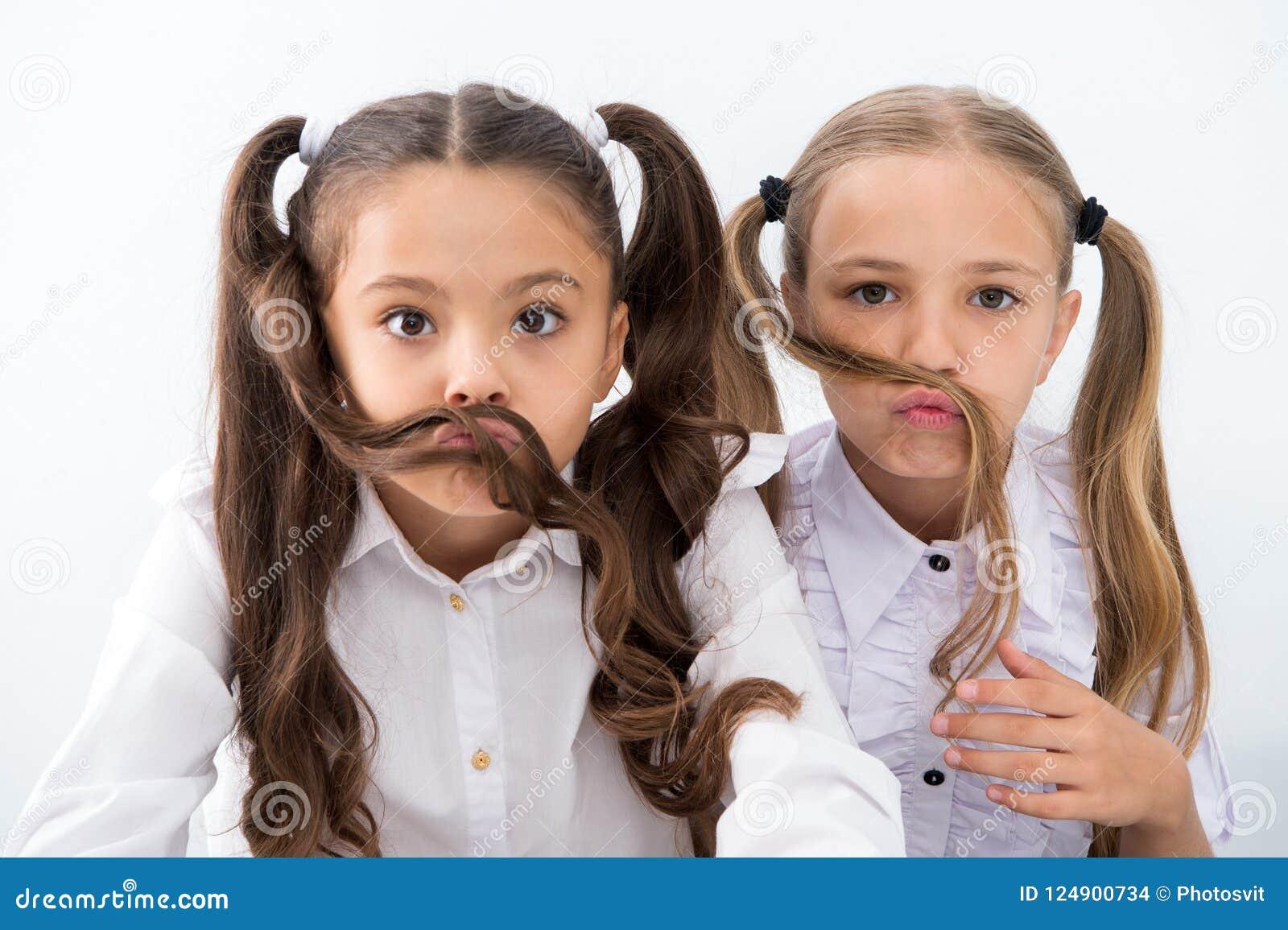 Małe Dziewczynki Robią Wąsy Z Długie Włosy Fryzury Pojęcie