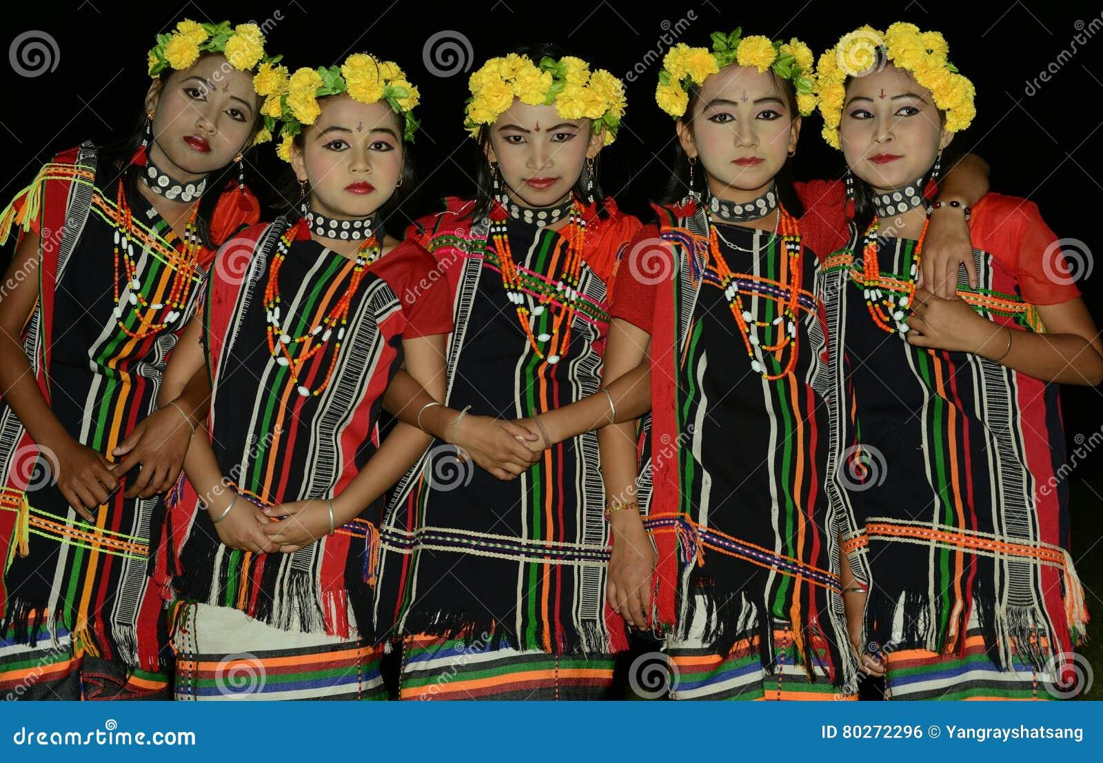 Małe dziewczynki w etnicznym ubiorze zadawalać tradycyjnych bóstwa