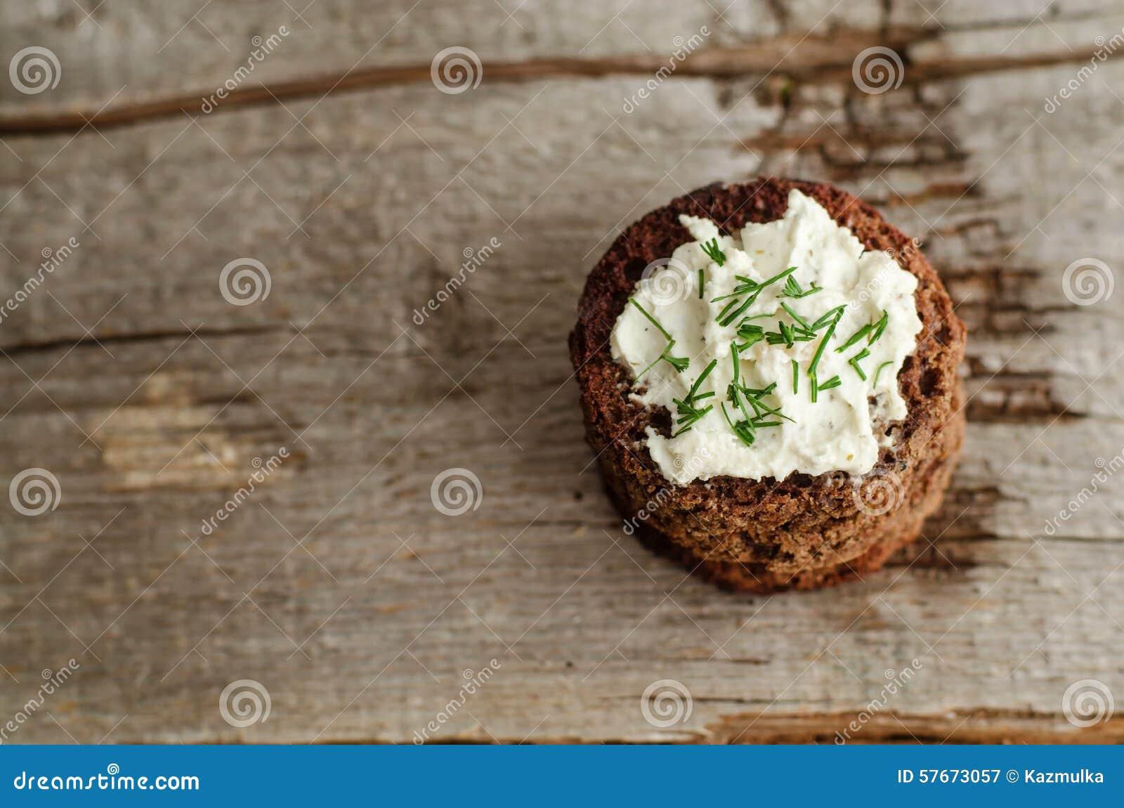Małe round żyto grzanki z kremowym serem i koperem