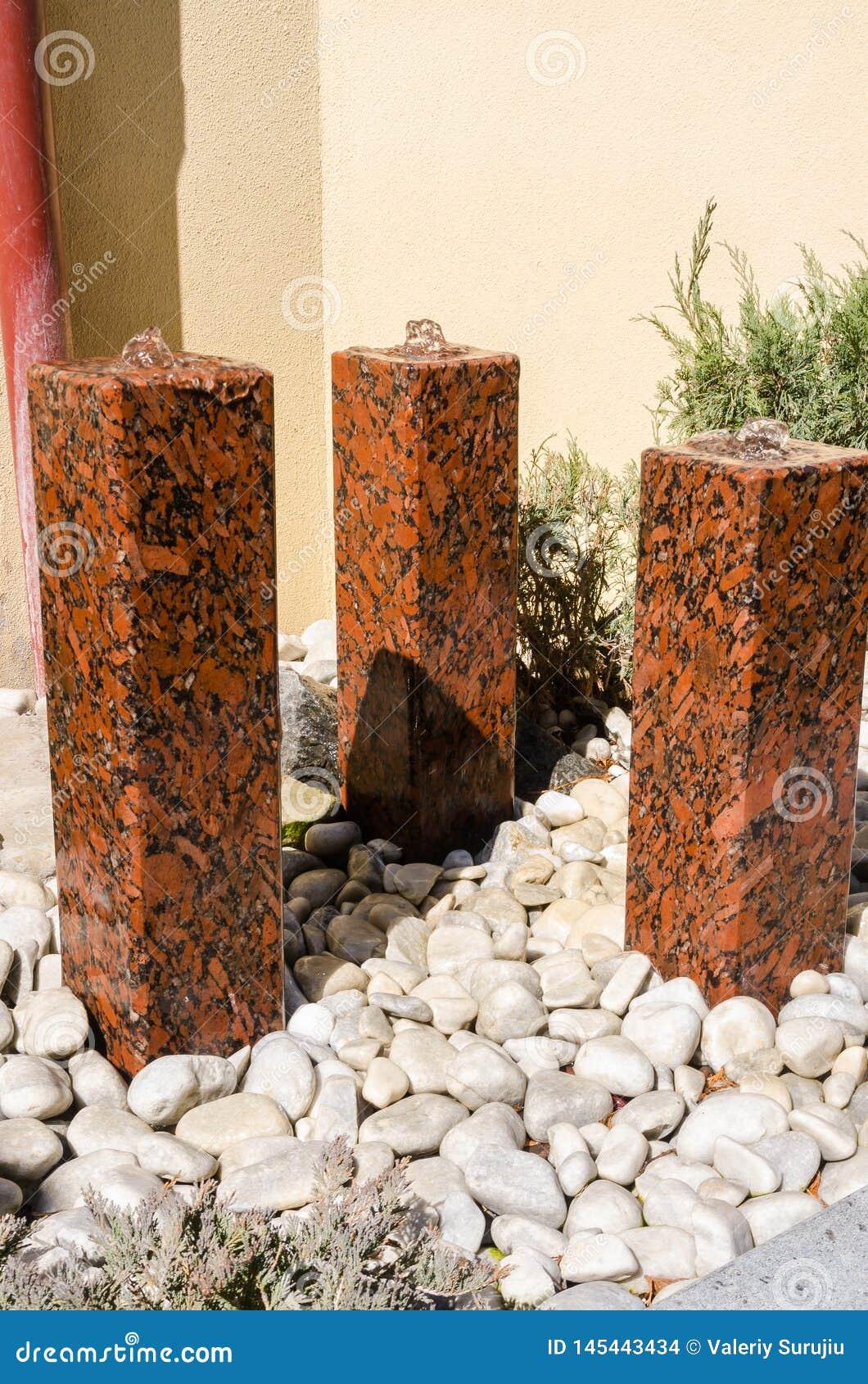 Małe wodne fontanny robić kamień
