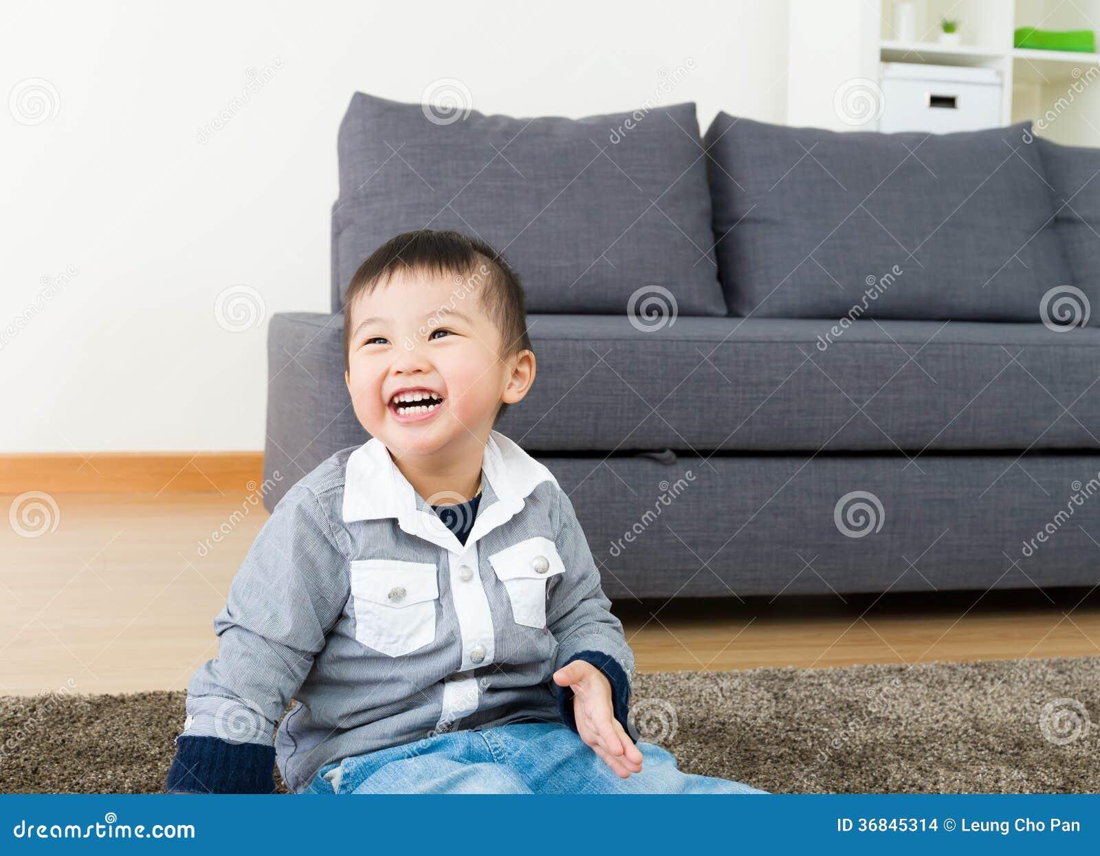 Małego dziecka odczucie w ten sposób szczęśliwy