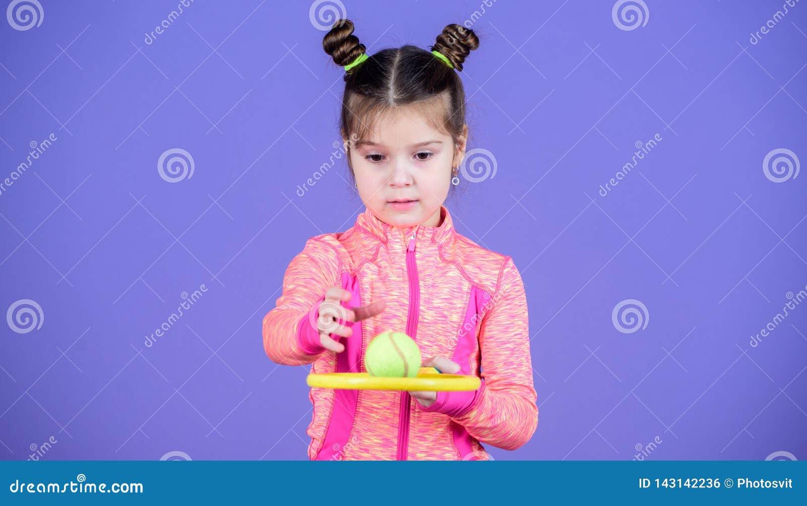 Małego dziecka sztuki tenisa sporty kostiumowa gra Uczy ja dlaczego bawić się tenisa Dziewczyny dziecka kopii babeczki fryzury śl
