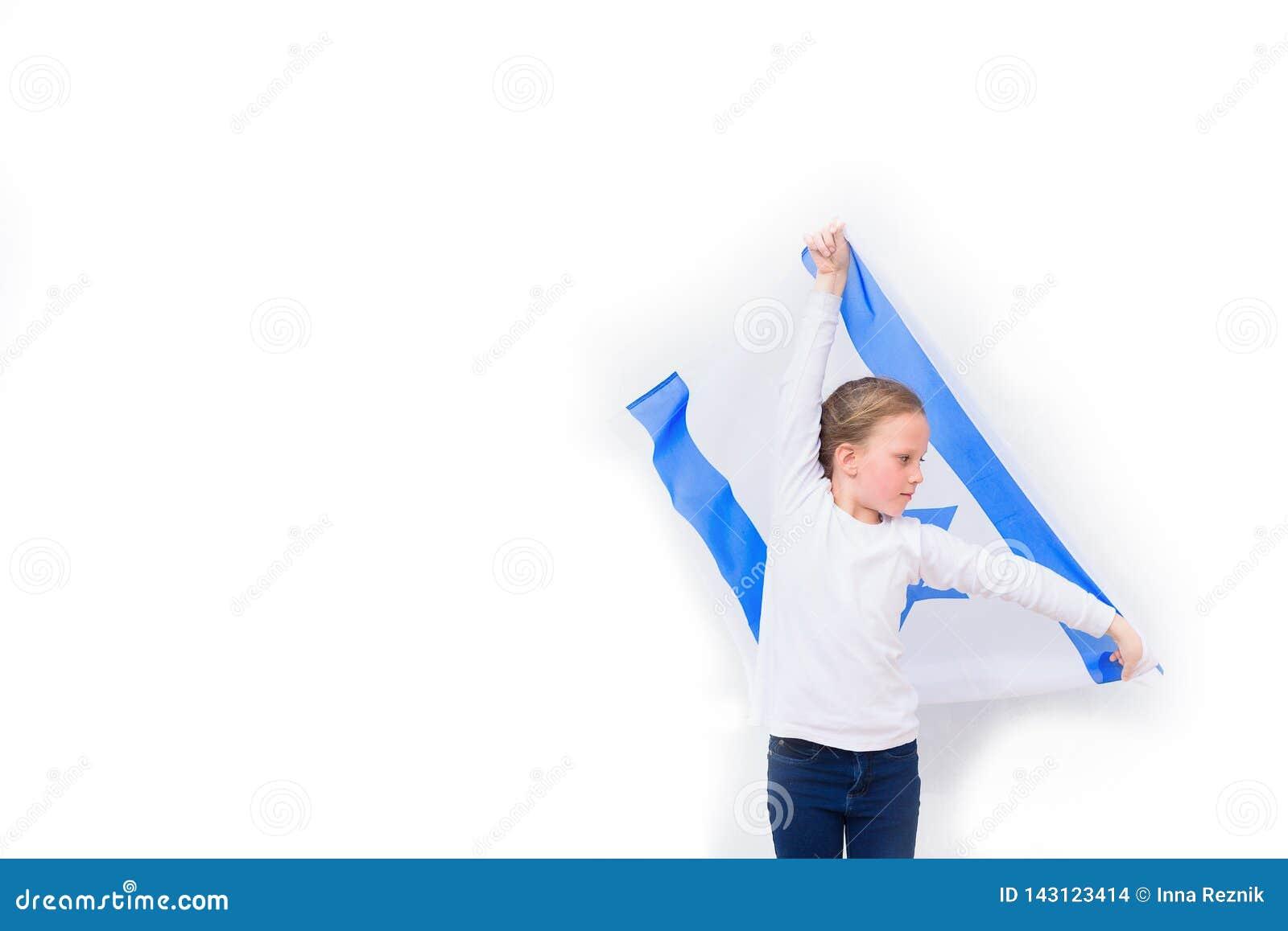 Małego patrioty żydowska dziewczyna z chorągwianym Izrael na białym tle