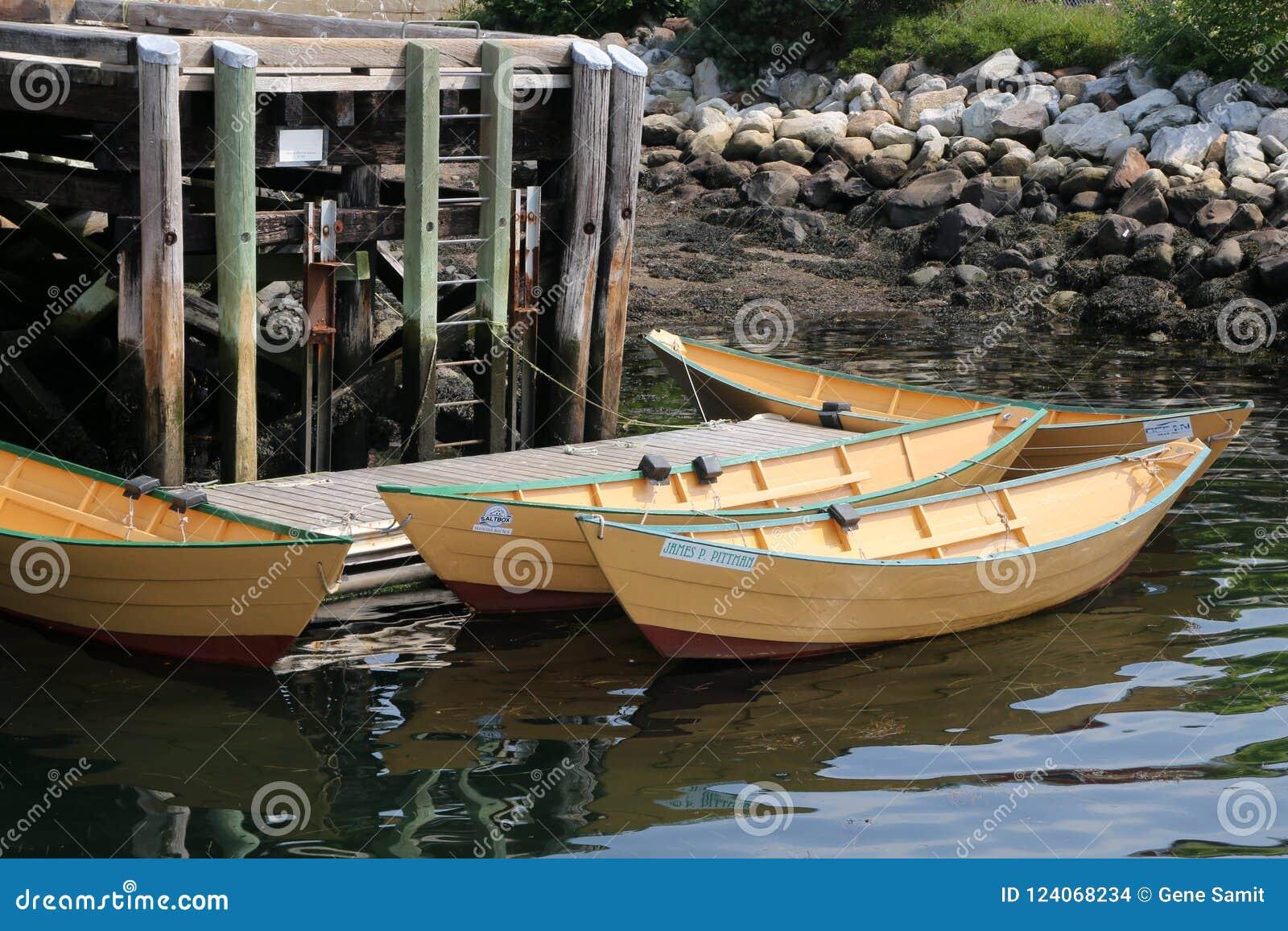 3 małego rowboats wiążą molo