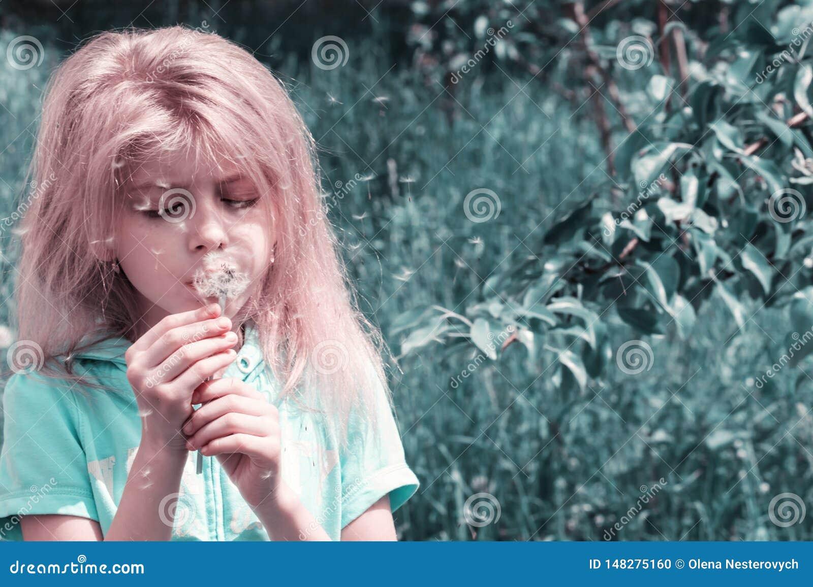 Ma?ej blond dziewczyny podmuchowy dandelion