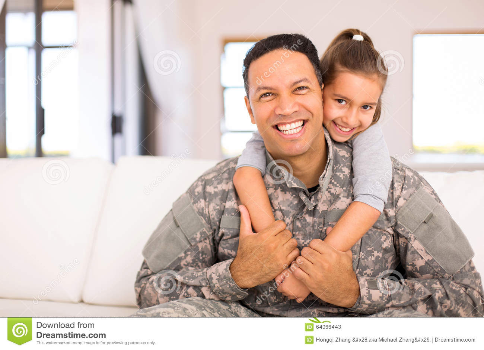 Małej córki militarny ojciec