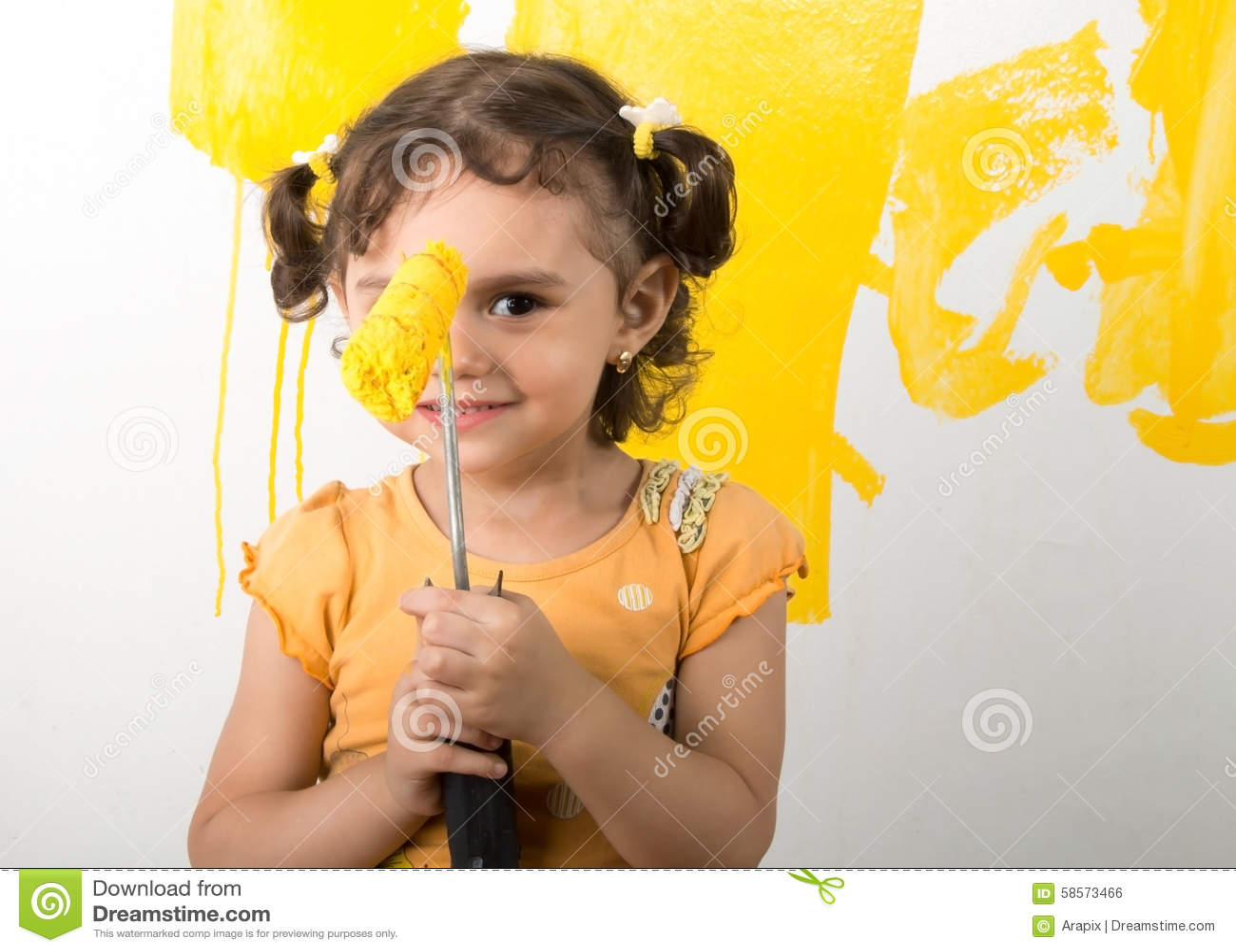 Małej dziewczynki czuć szczęśliwy podczas gdy malujący do domu ścianę