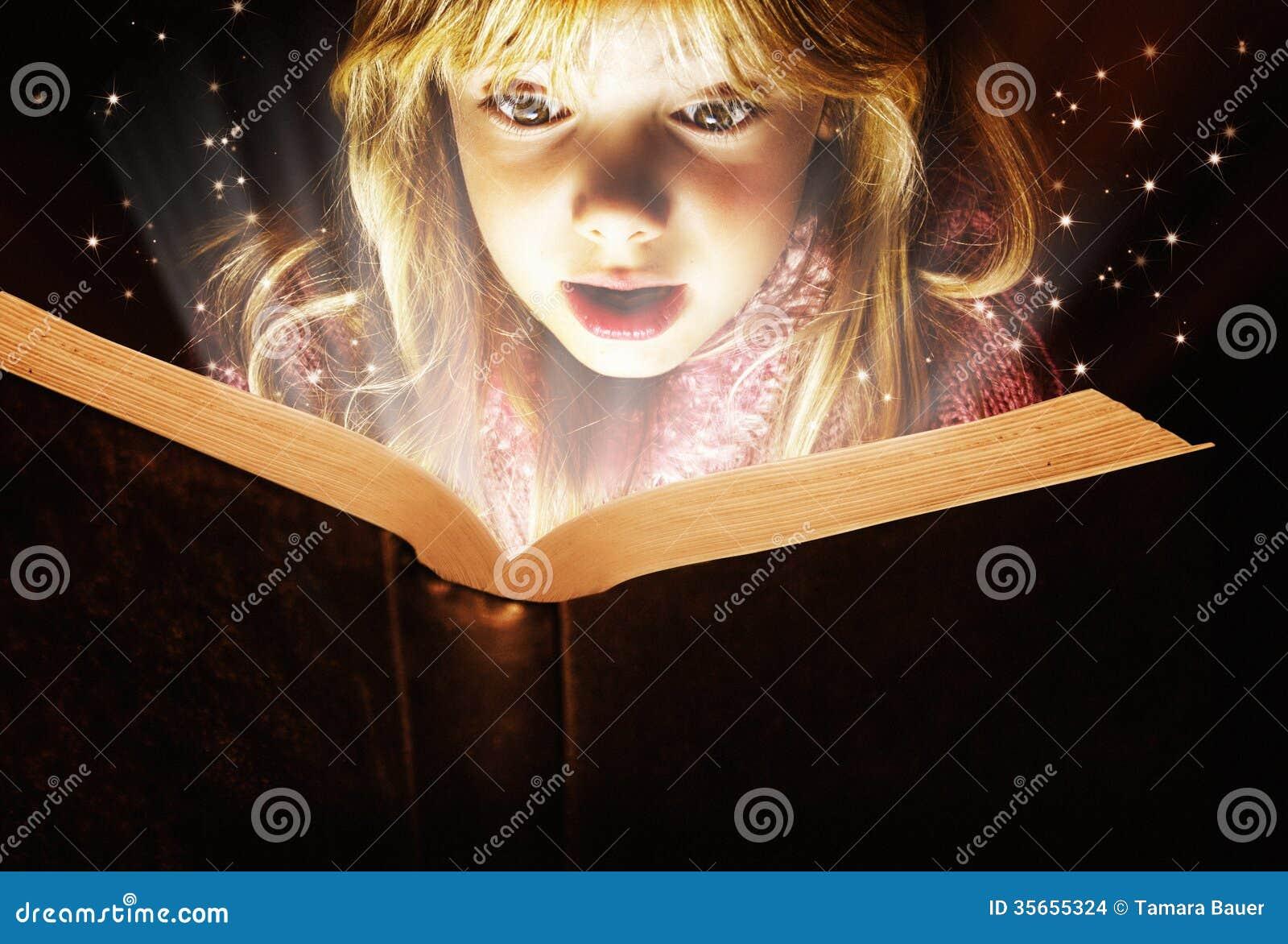 Małej dziewczynki czytanie