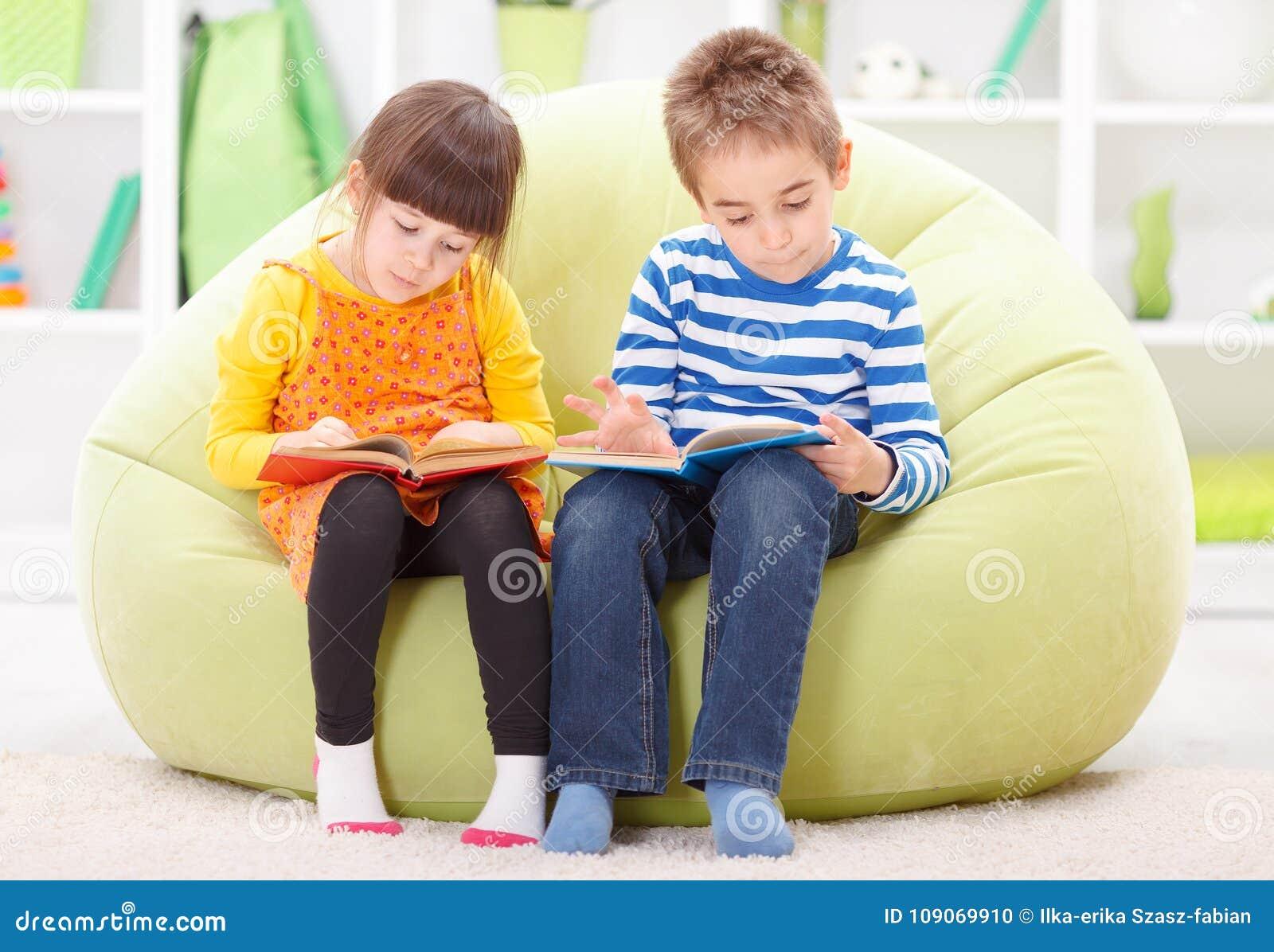 Małej dziewczynki i chłopiec czytanie