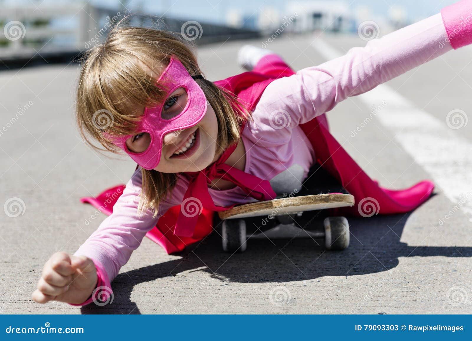 Małej Dziewczynki jazdy deskorolka pojęcie