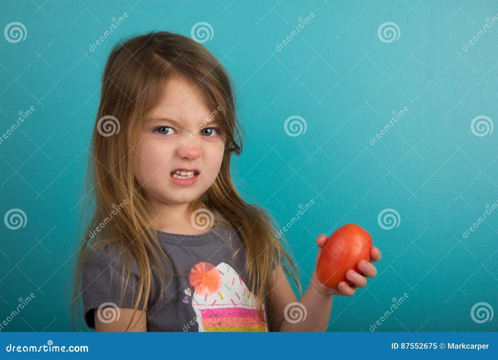 Małej dziewczynki mienia pomidor