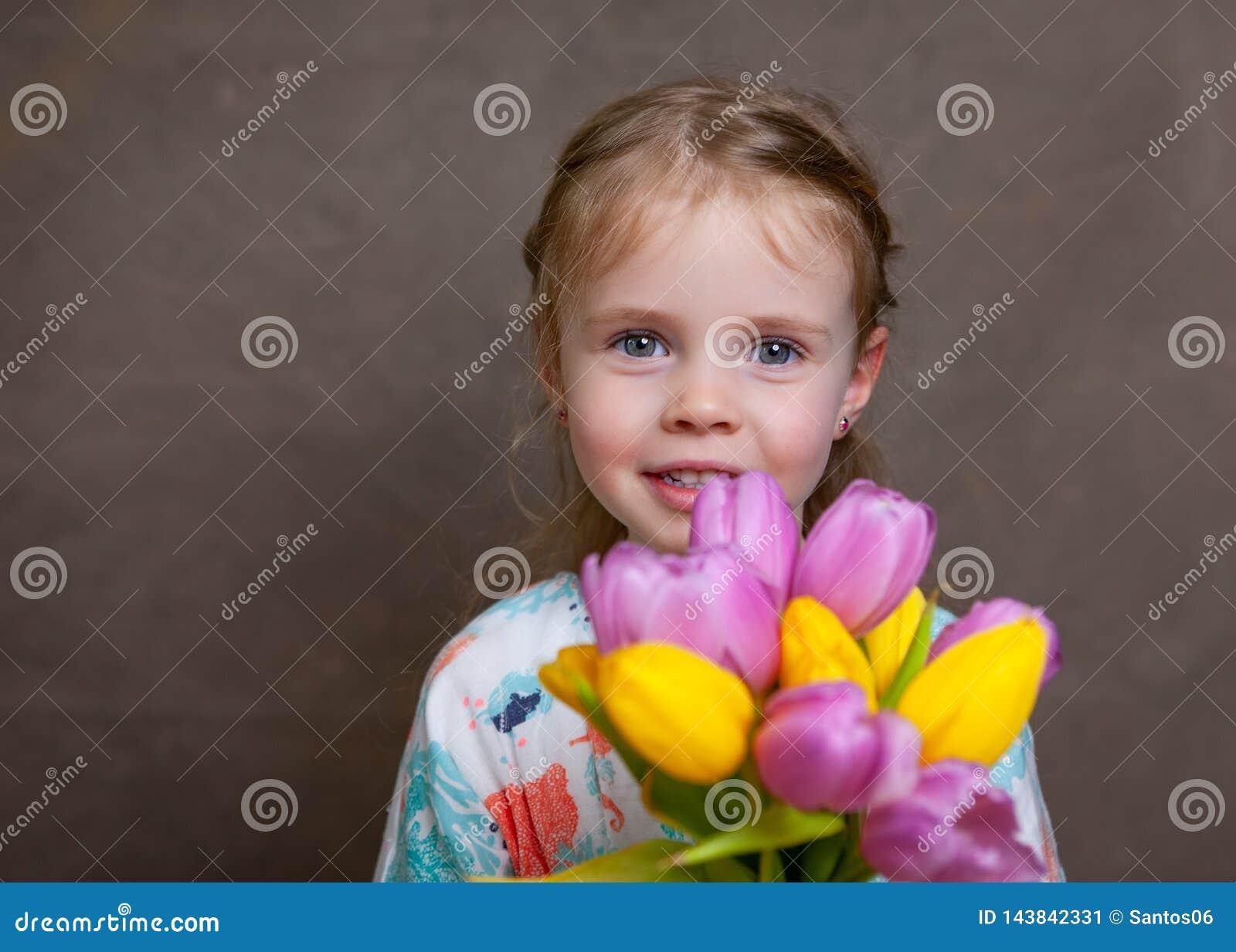 Małej dziewczynki mienia tulipany