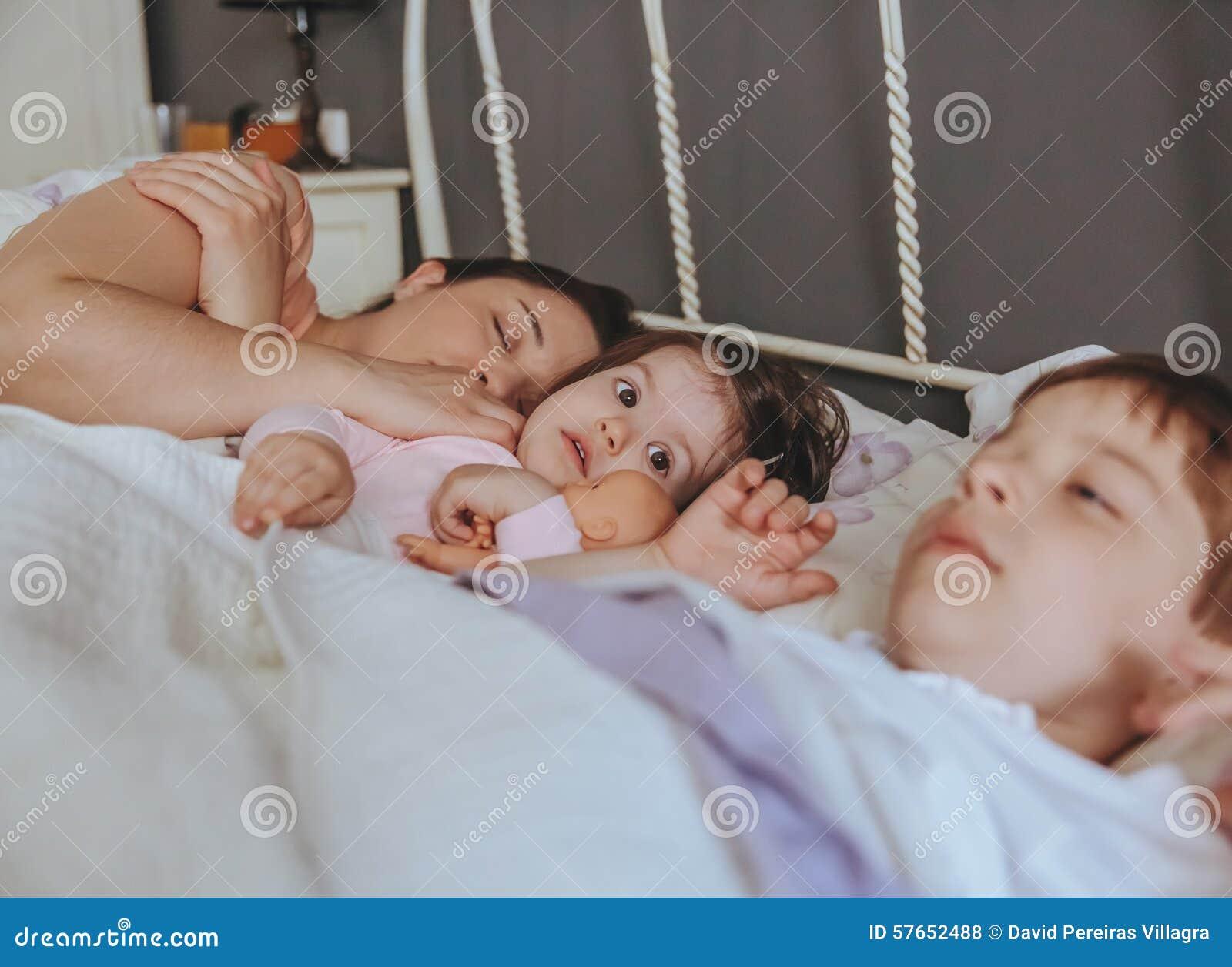 Małej dziewczynki obejmowania lala kłama nad łóżkiem