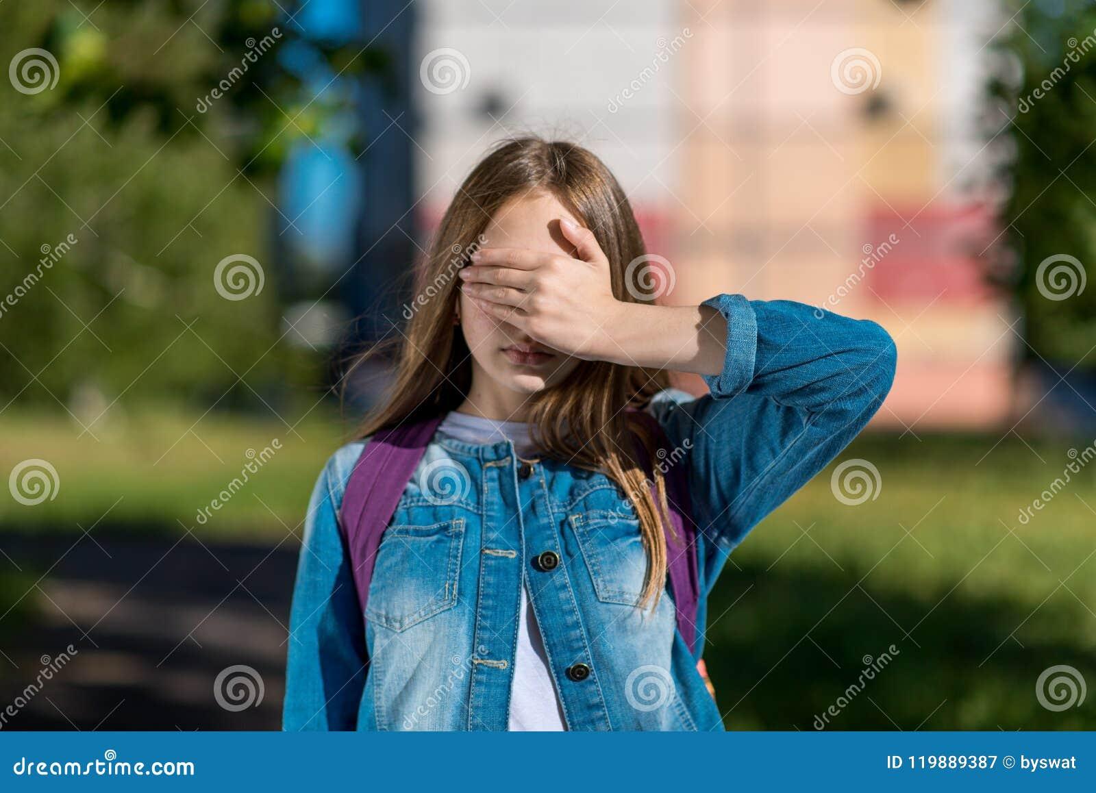 Małej dziewczynki uczennica ręki barwiona ilustracja zrobił natury lato Zamyka jego oczy z jego ręką Pojęcie strach, niechęć oglą