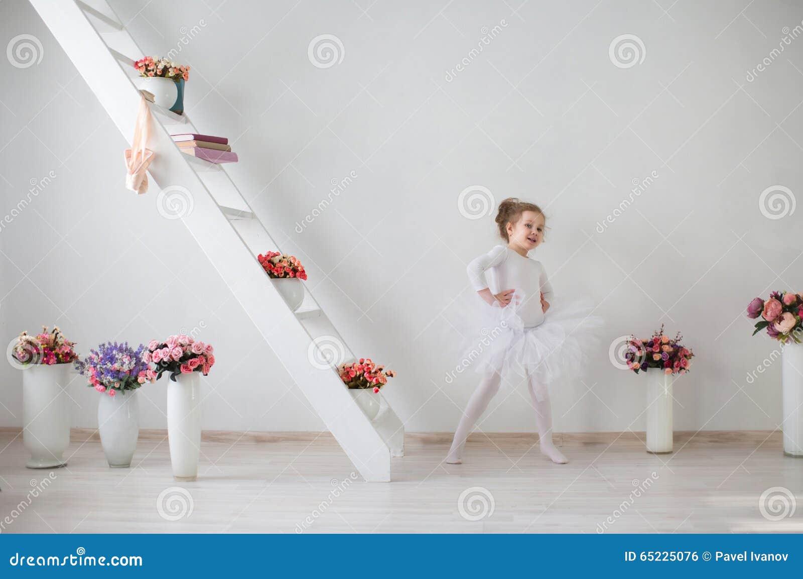 Mały śliczny balerina taniec w wnętrzu