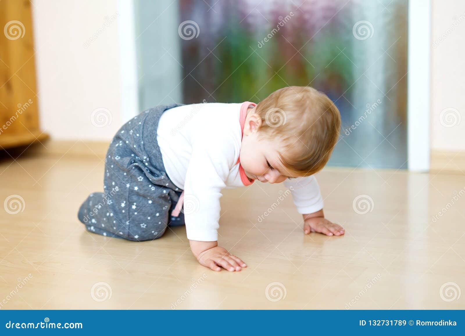 Mały śliczny dziewczynka uczenie czołgać się Zdrowy dziecka czołganie w dzieciakach izbowych Uśmiechnięta szczęśliwa zdrowa berbe