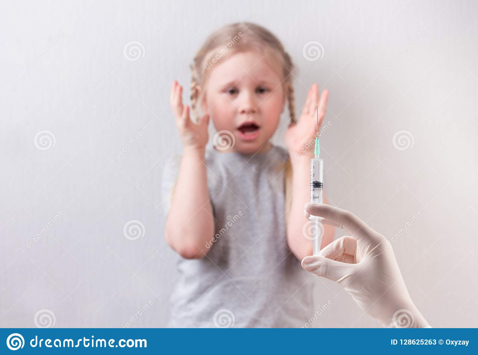 Mały śliczny dziewczyny bać się zastrzyk Szczepienie dzieci