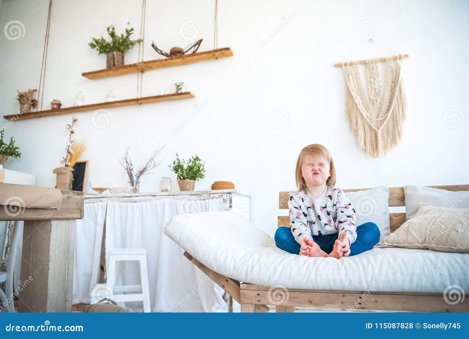 Mały śmieszny Dziewczyny Obsiadanie W Kuchni W Nieociosanym