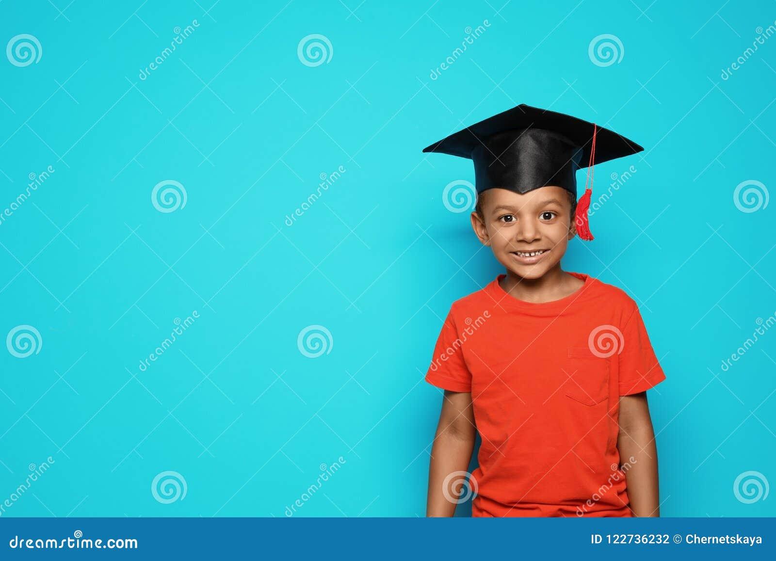 Mały afroamerykański dziecko w wieku szkolnym z magisterską nakrętką