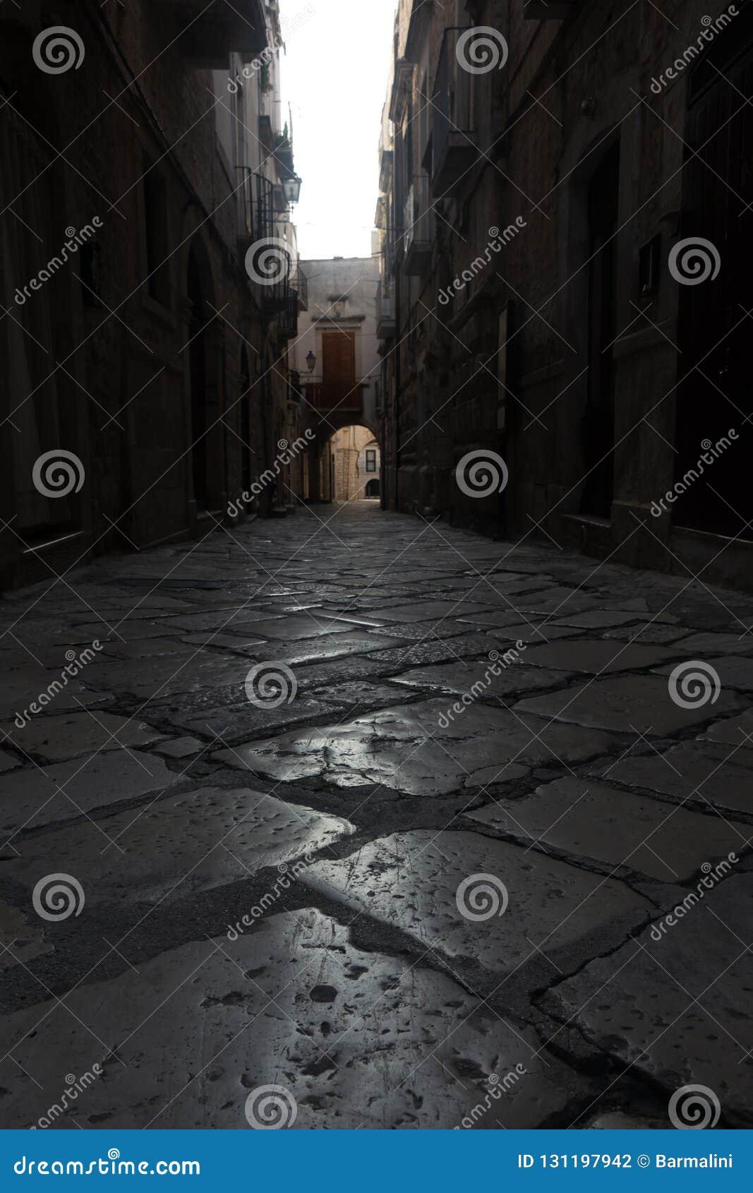 Mały antyczny Włoski miasto na Adriatyckim dennym brzeg Giovinazzo