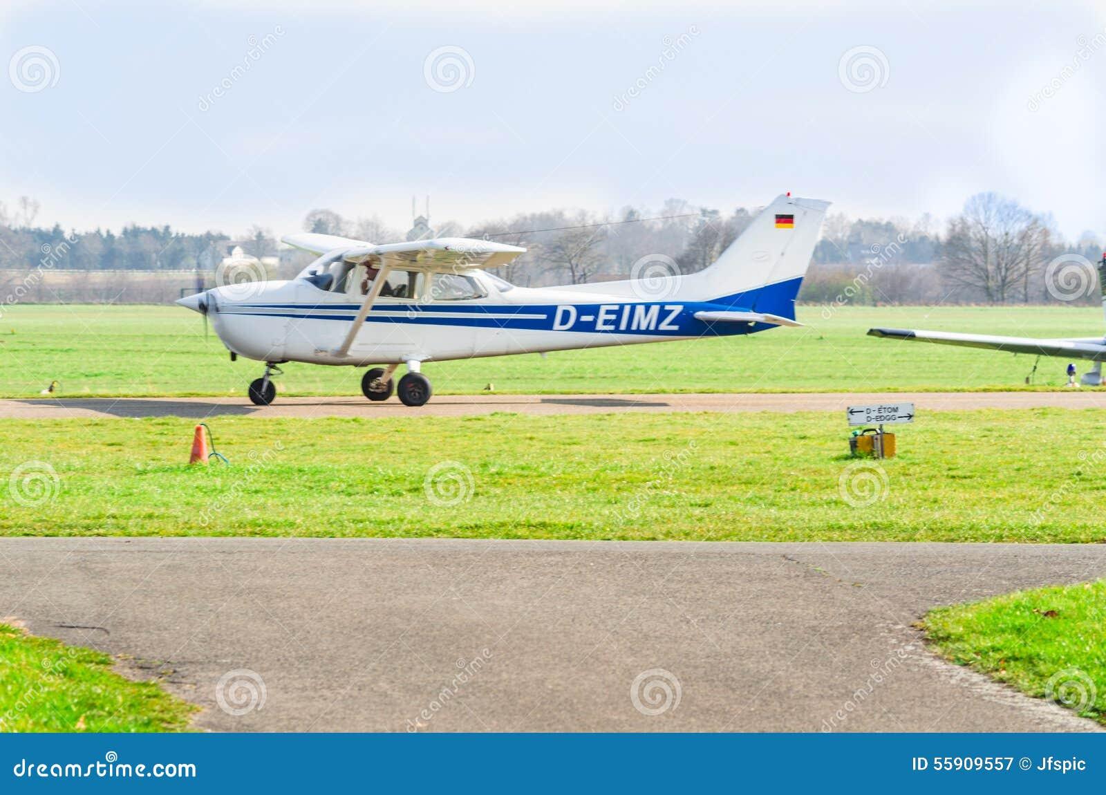 Mały biały błękitny sporta samolot podczas rozpoczęcia Widok runw