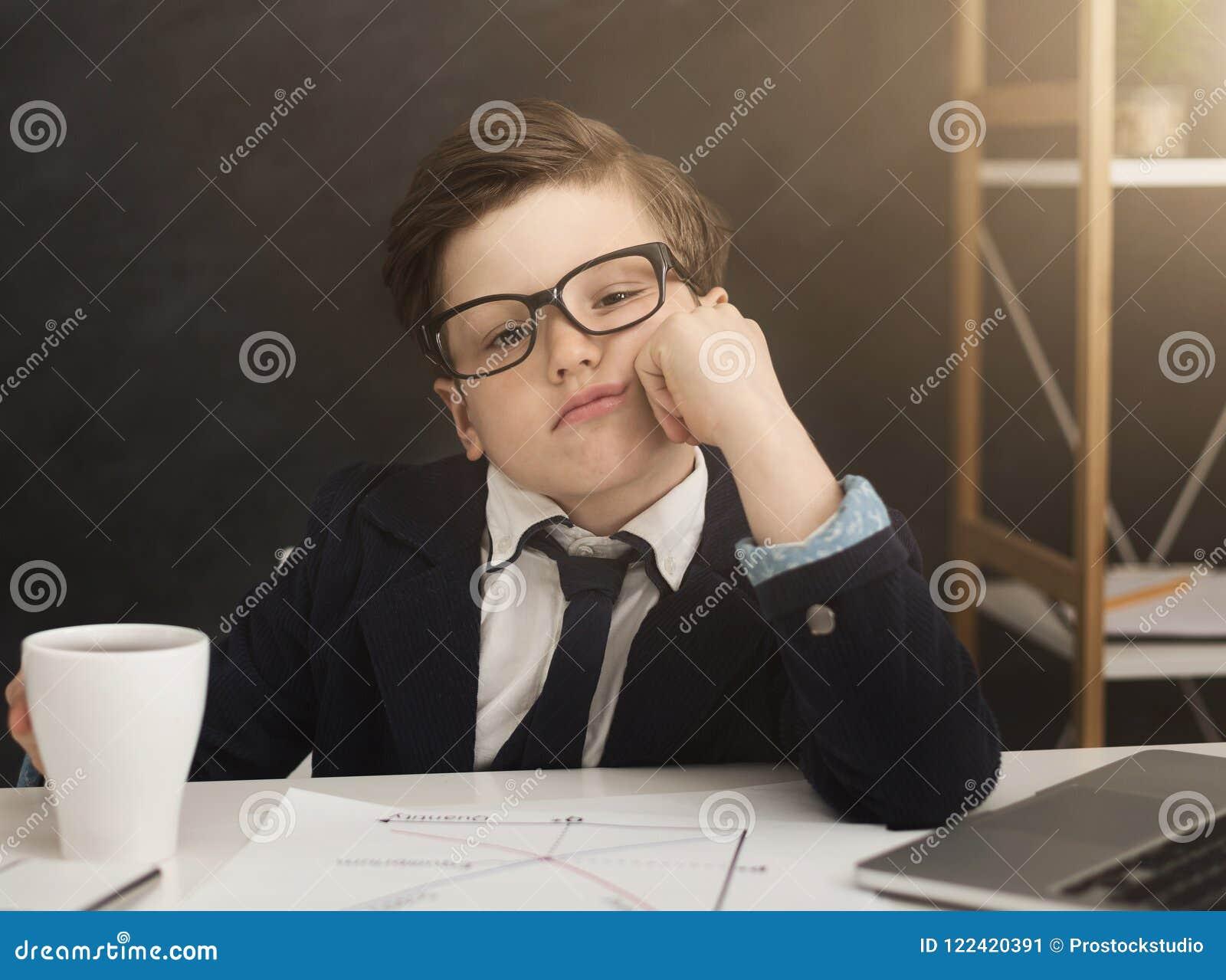 Mały biznes chłopiec dostać zanudzającą w biurze