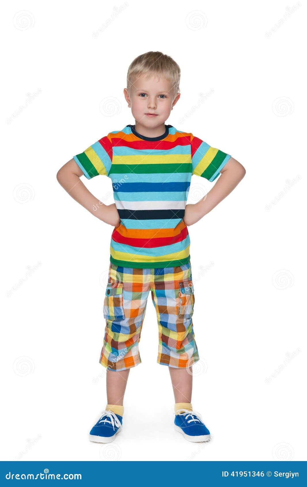 Mały chłopiec koszulę paskująca