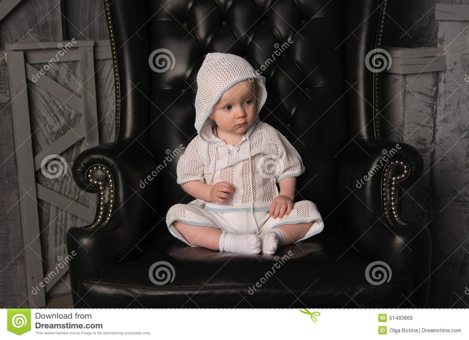 Mały chłopiec krzesło