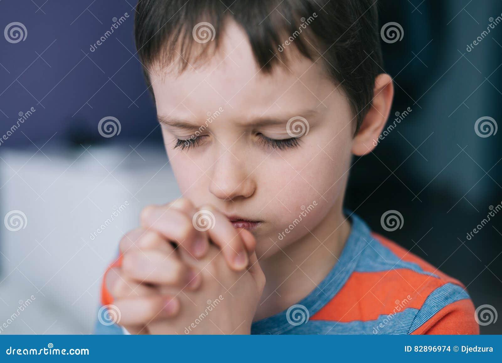 Mały chłopiec się Chłopiec ` s modlitwa