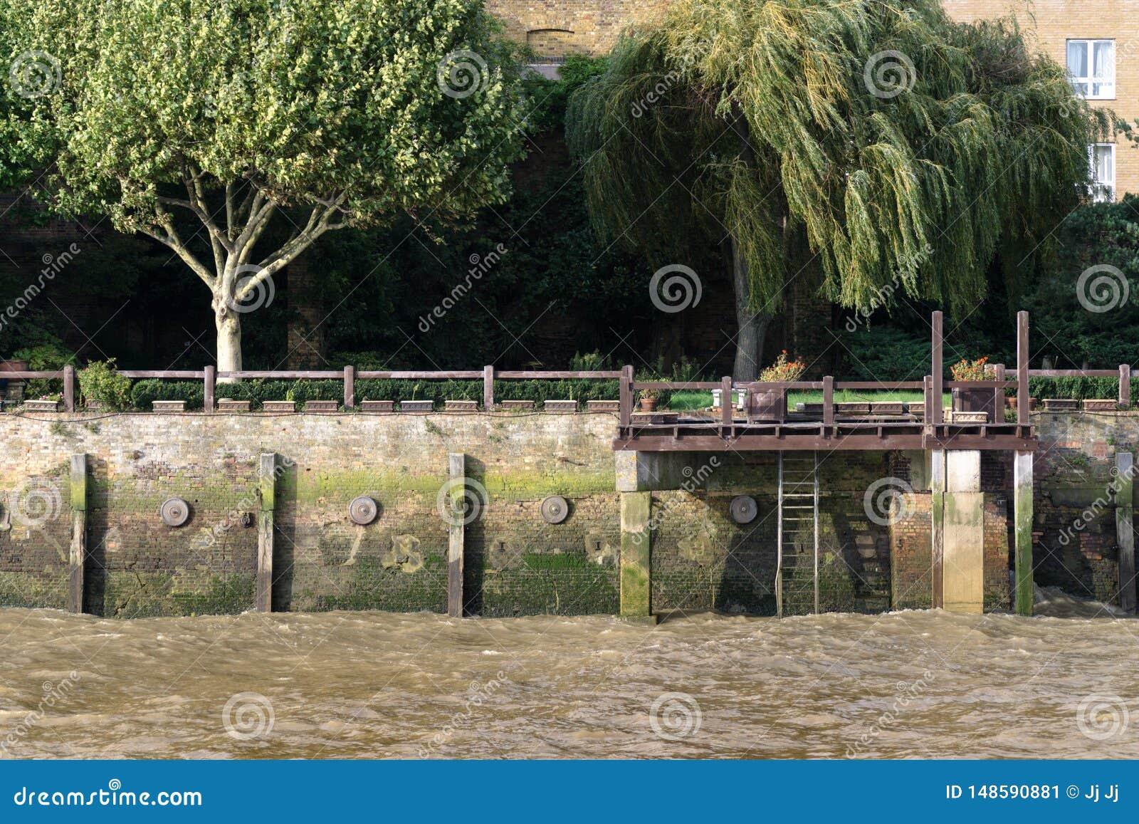 Ma?y dok w rzecznym Thames