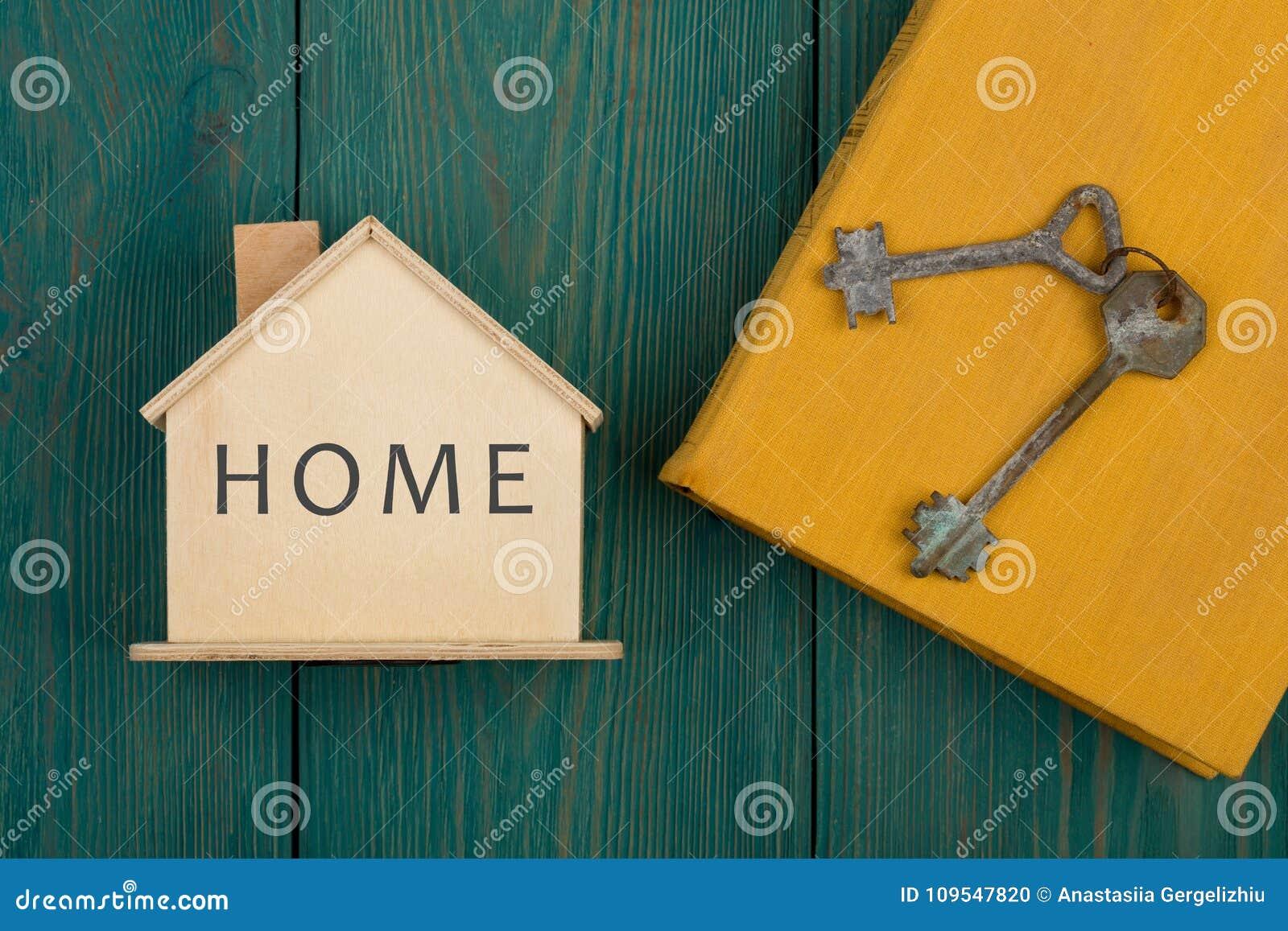Mały dom z tekstem & x22; Home& x22; , książka i klucze