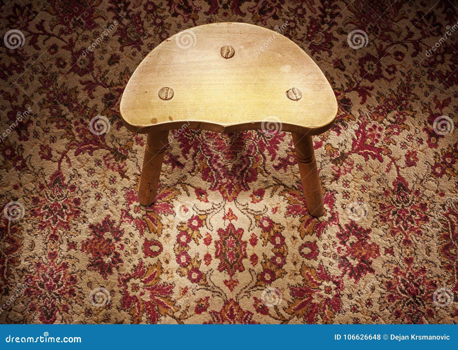 Mały Drewniany krzesło Na dywanie