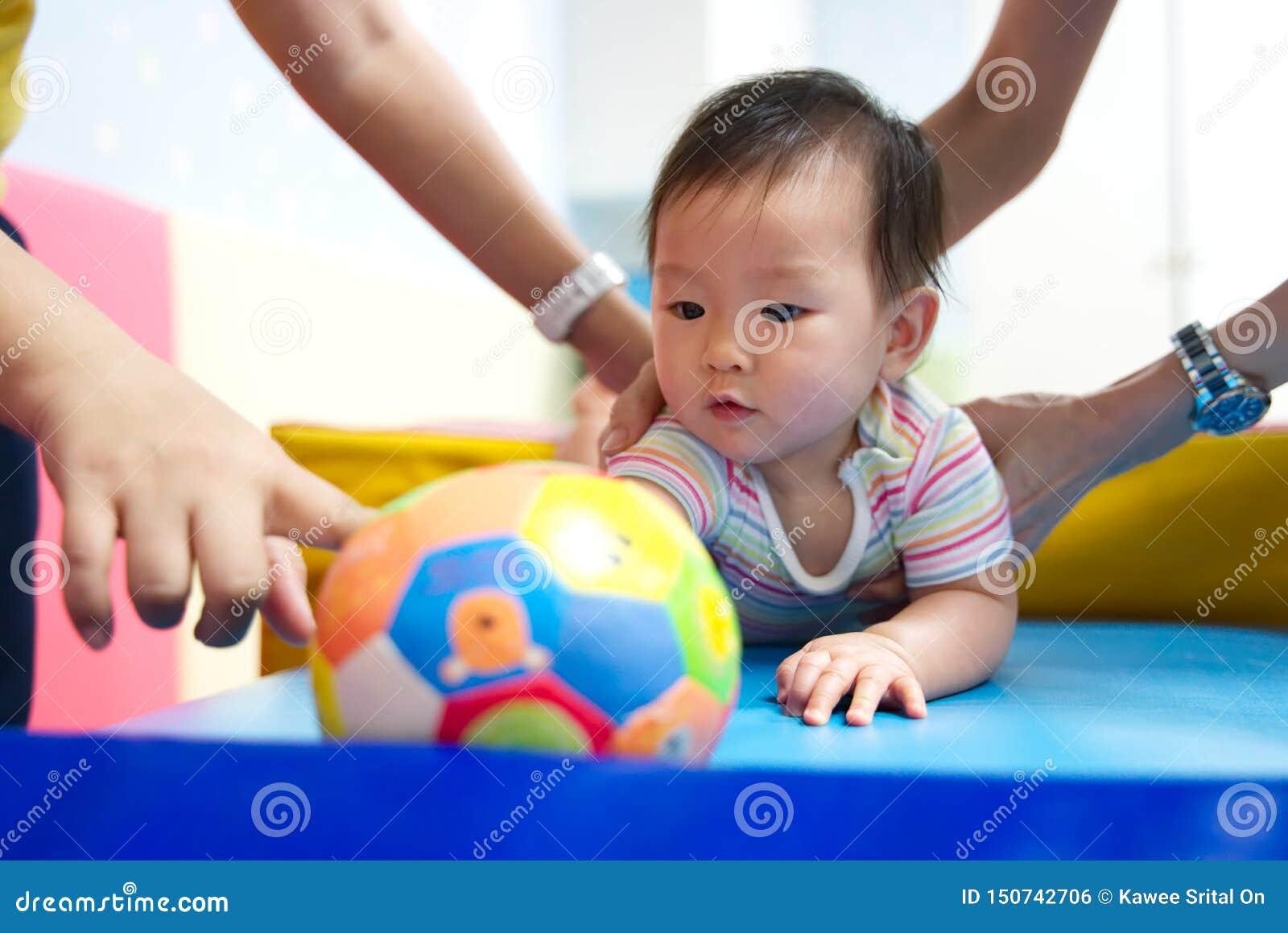 Mały dzieciaka uczenie w sztuce i uczy się klasę z jej matką