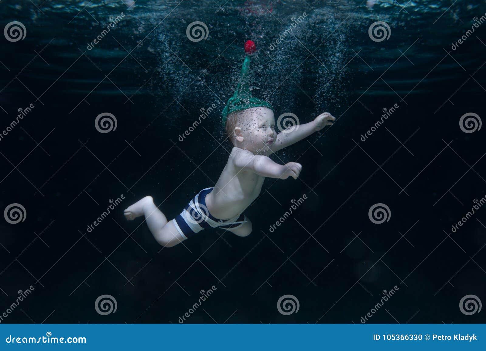 Mały dziecko jest pod wodą