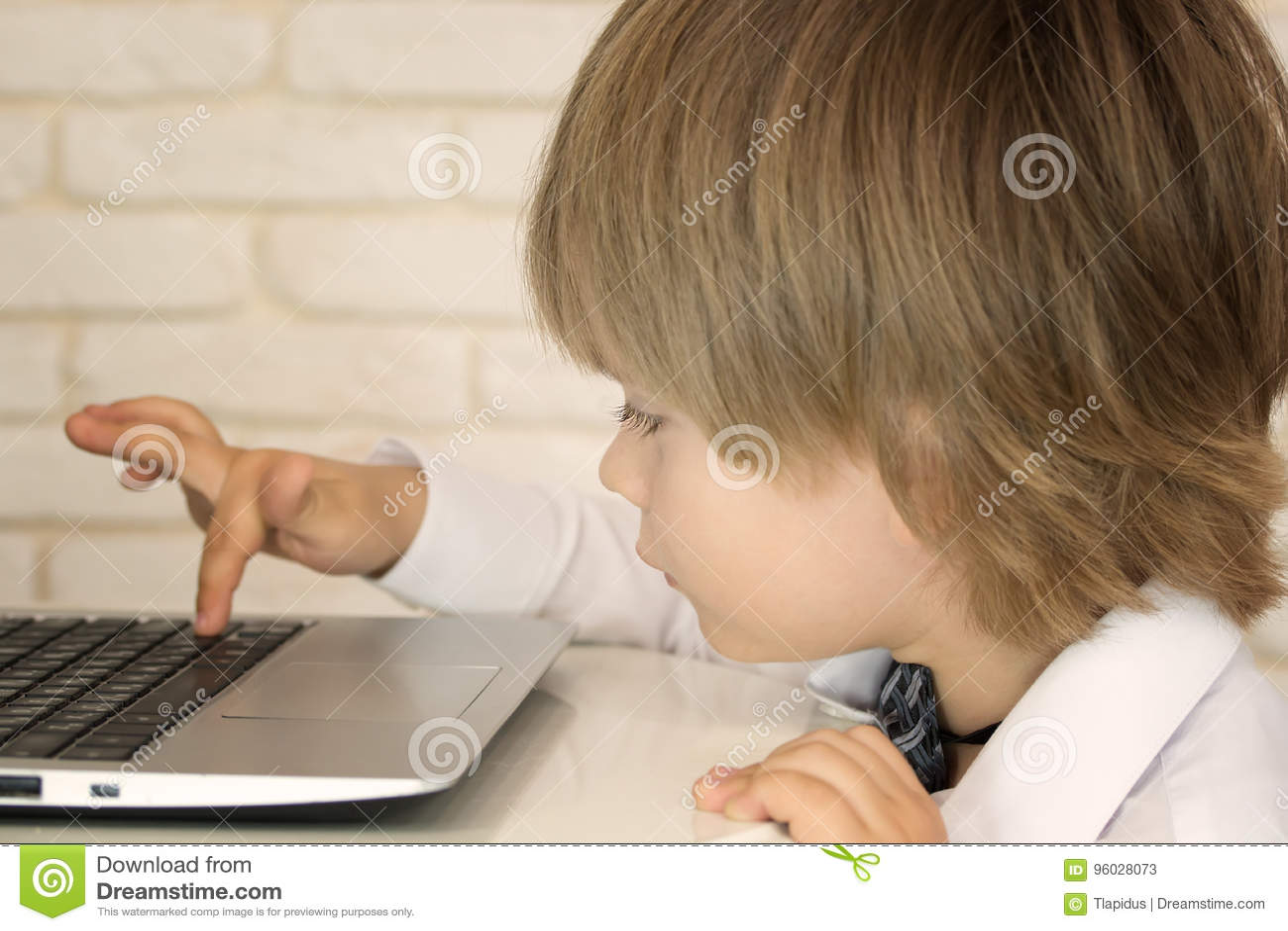 Mały dziecko laptop