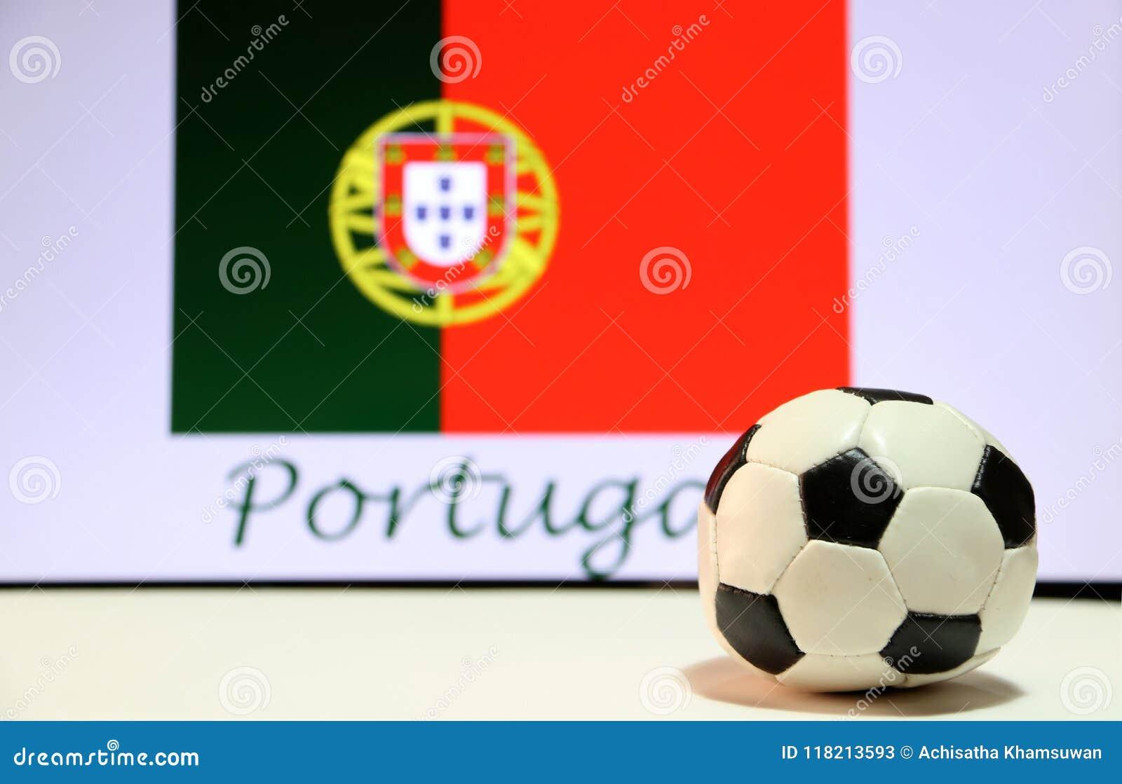 Mały futbol na białej podłoga i portugalczyka naród zaznaczamy z tekstem Portugalia tło