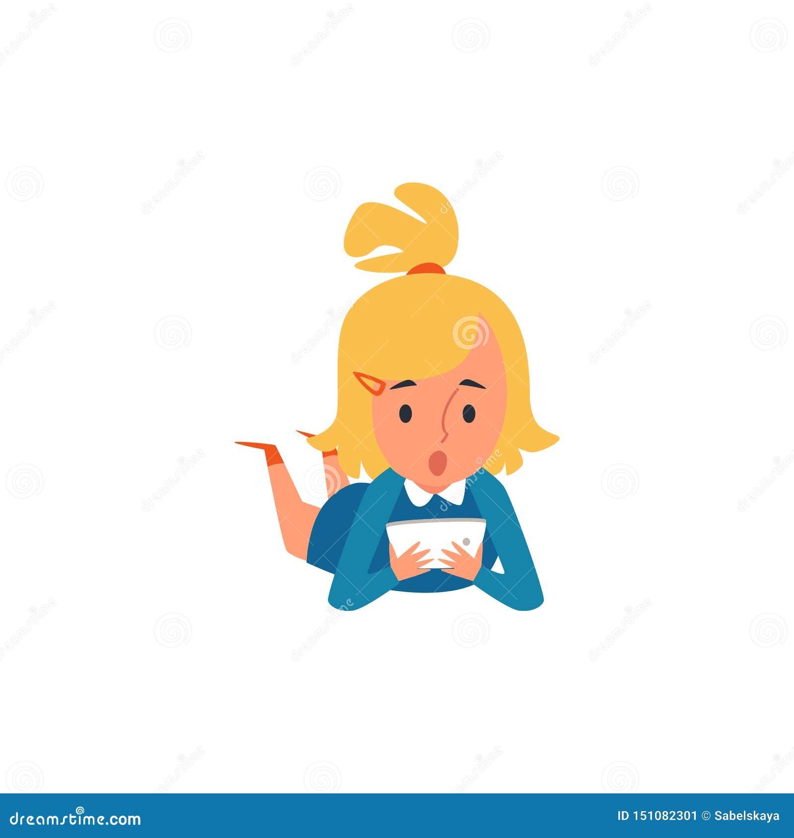 Mały Kaukaski blondynki dziecka, dzieciaka dziewczyny lying on the beach na podłodze i